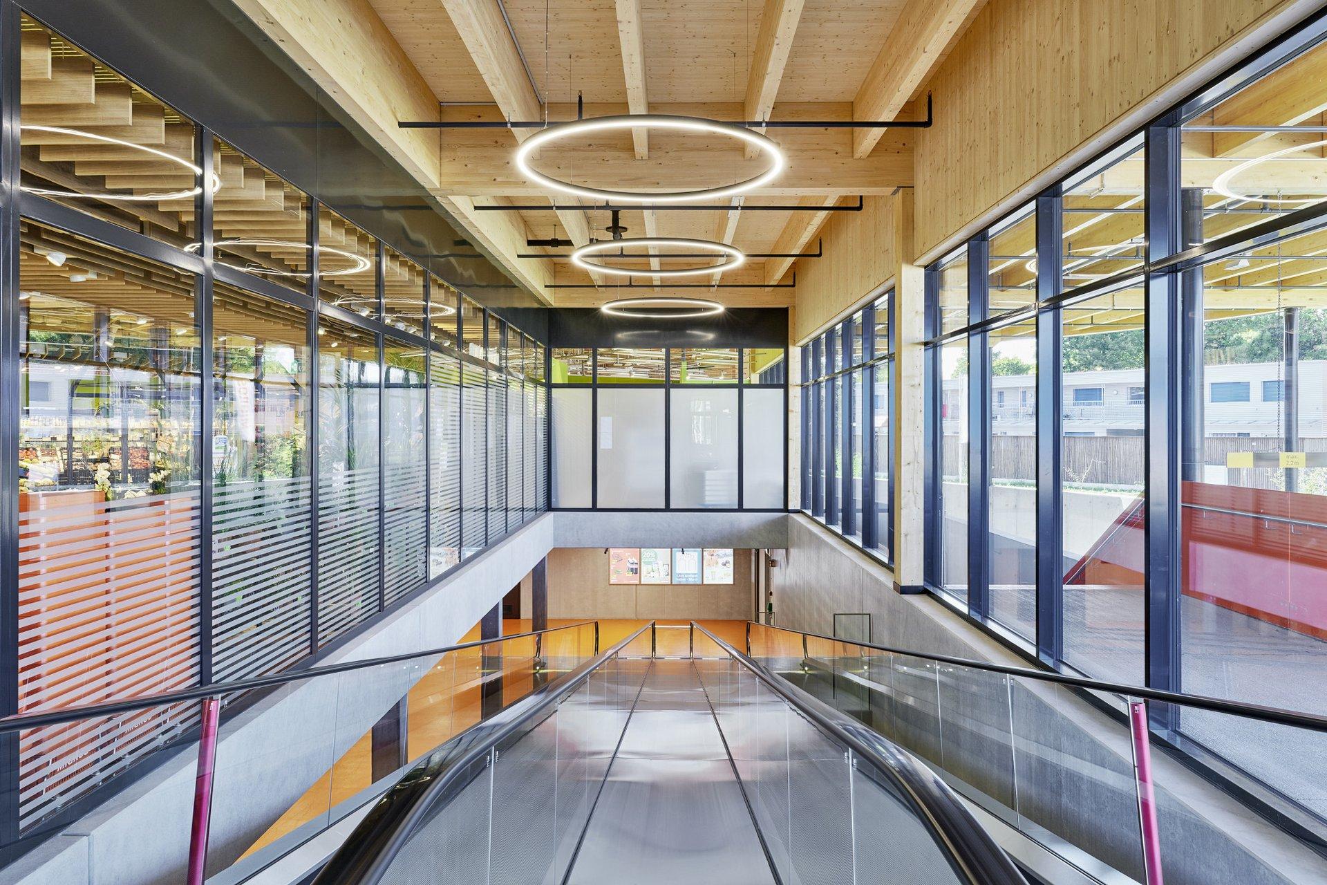 Blick auf die nach unten führende Rolltreppe und die darüber hängenden Lichter in Angel eyes optik