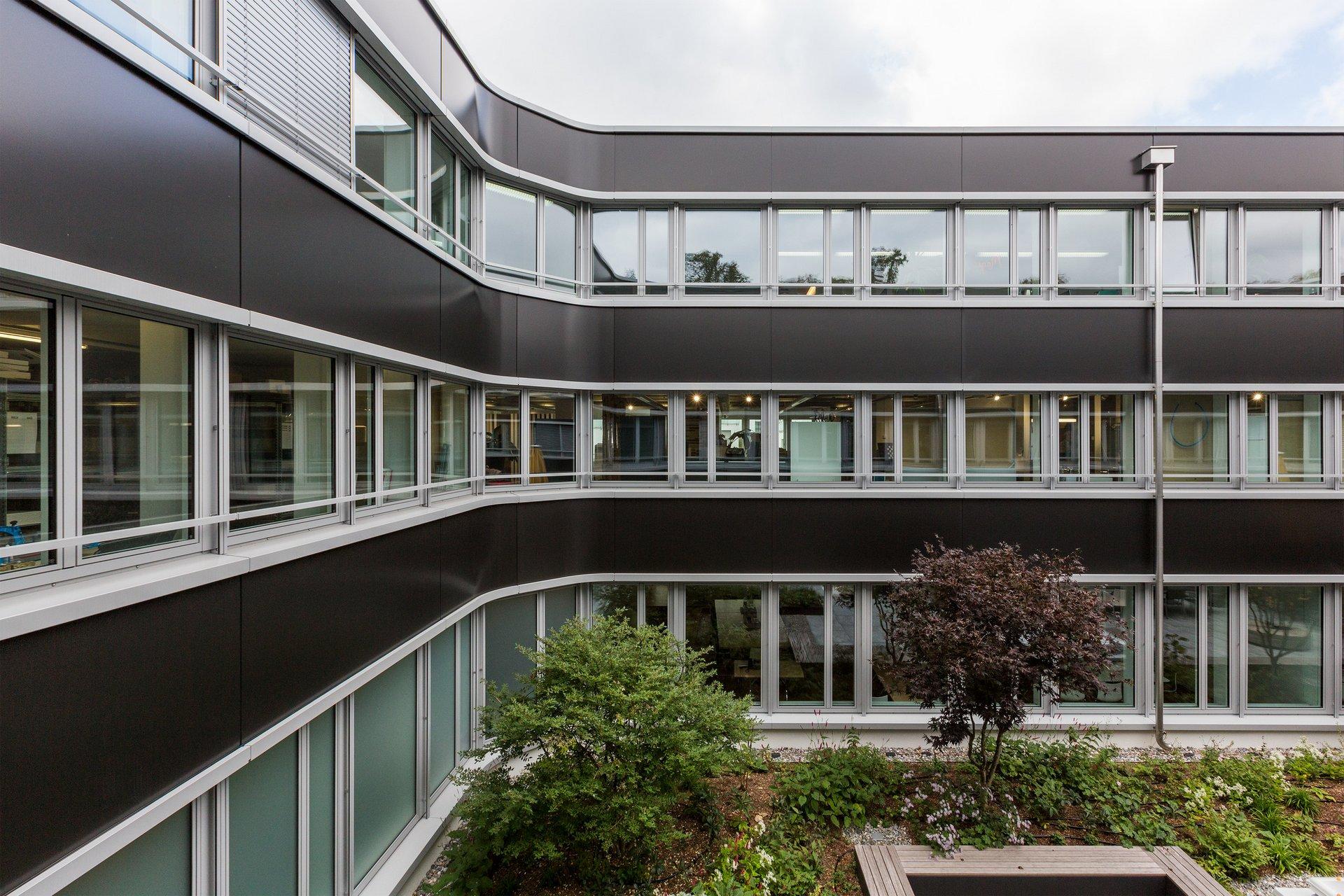 Angle arrondi dans le système de façade de montants et traverses sur tout le bâtiment