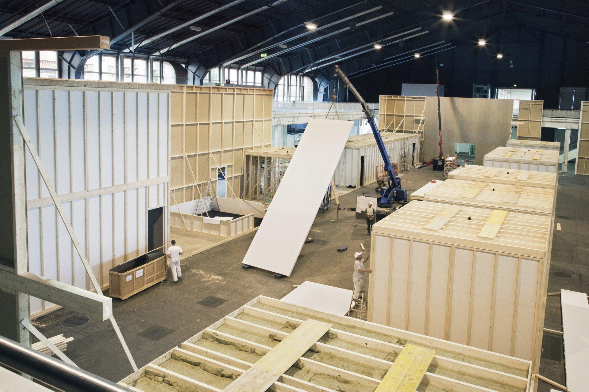 vorangeschrittener Bau verschiedener Holzräume in grosser Halle
