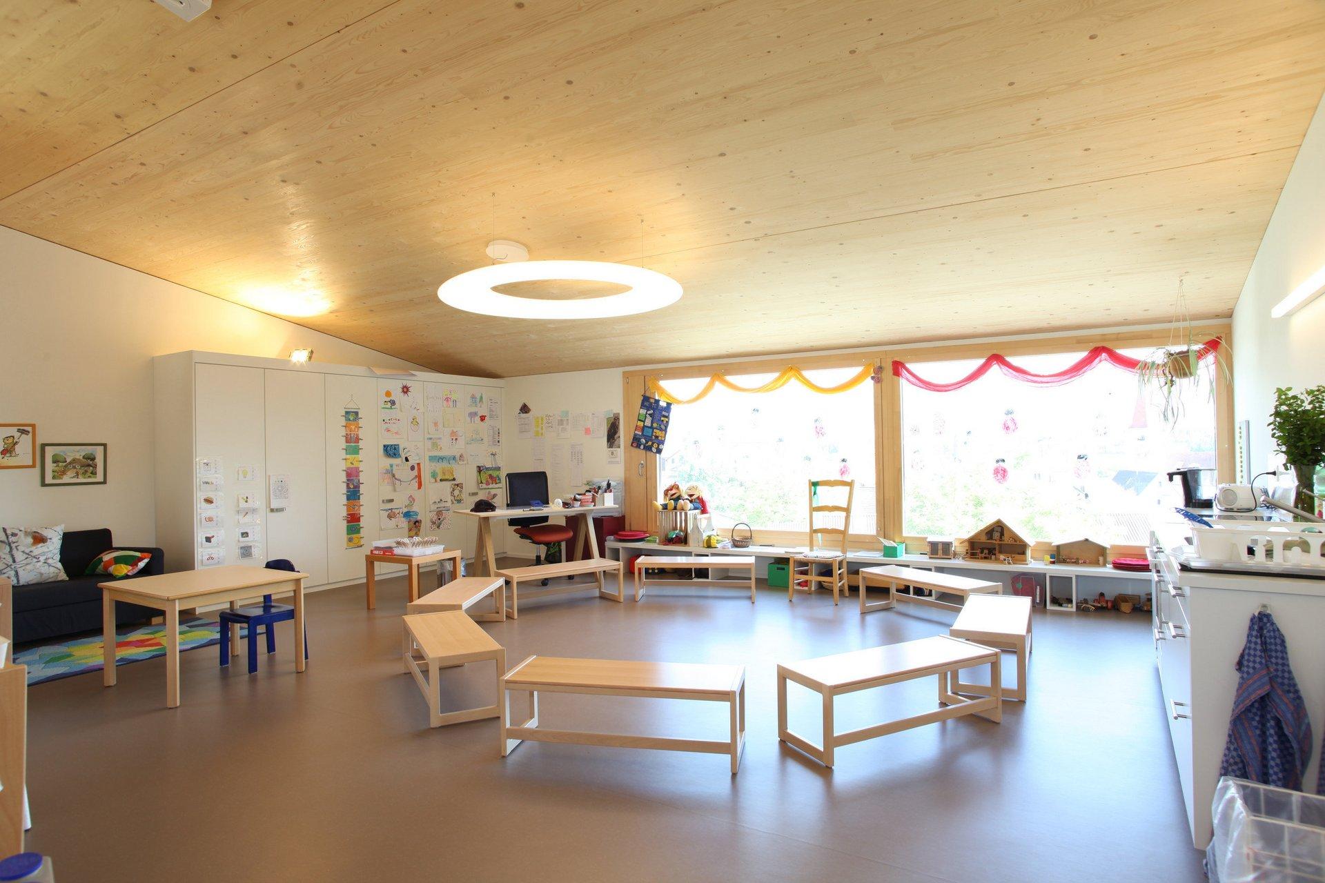 Kindergartenraum in hellem und schlichtem Design