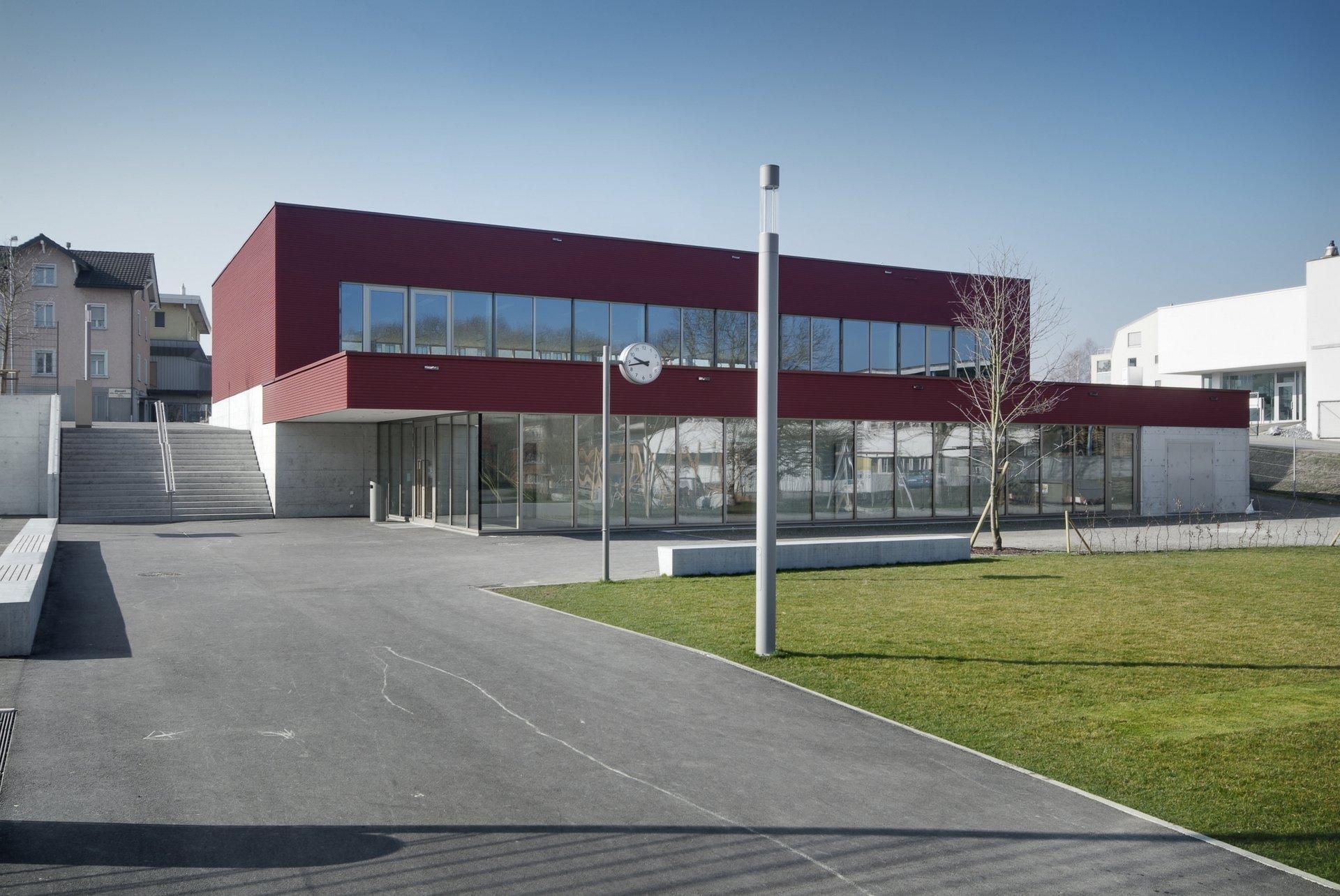 1 Stöckiges Schulhaus mit grosszügigen Fenstern