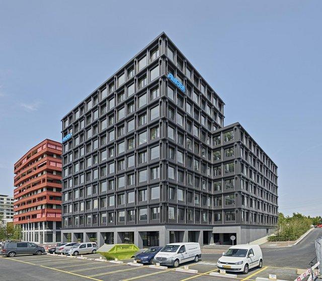 Eckansicht eines zehn-geschossigen Bürogebäudes mit Fassadenverkleidung in matt Alucobond