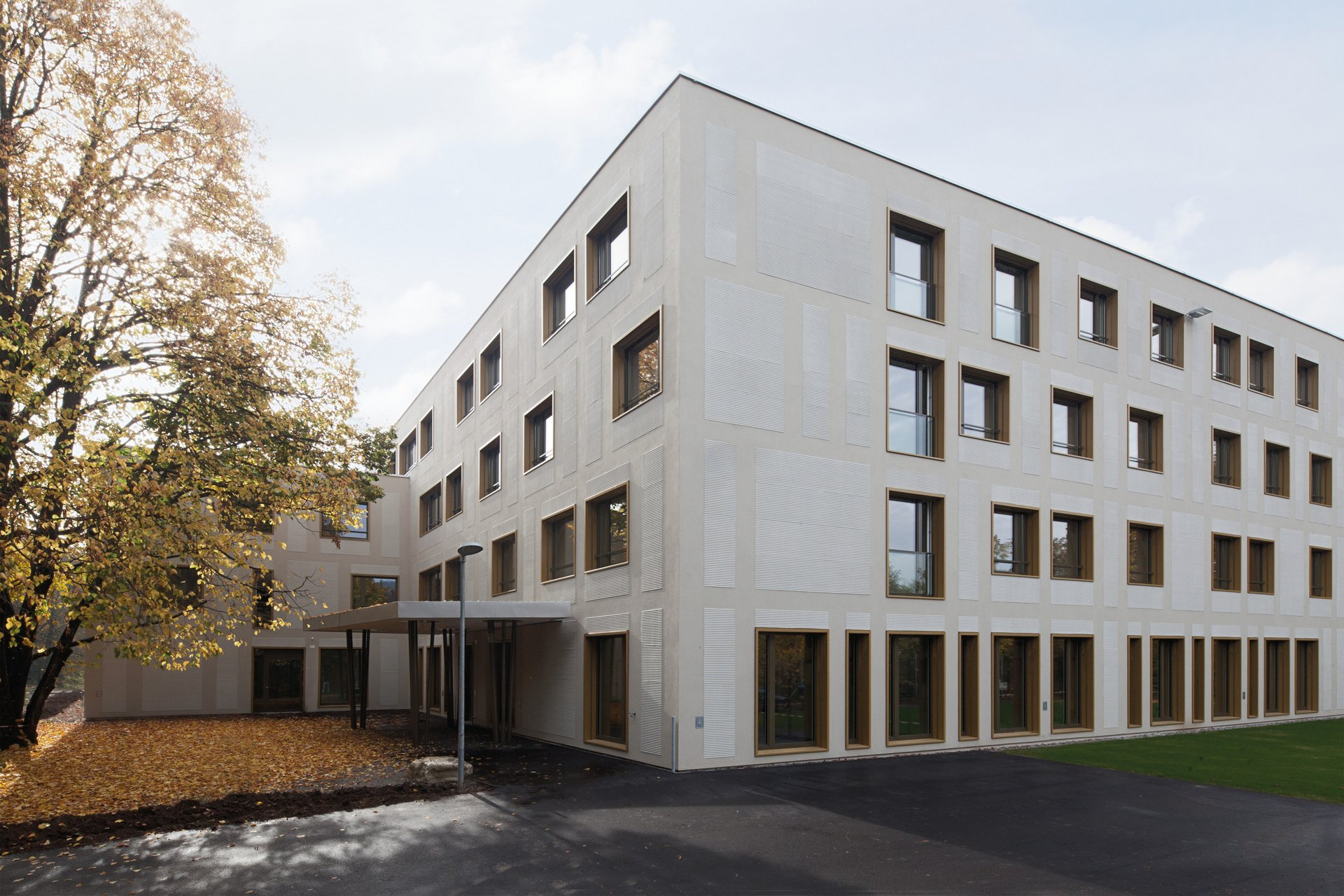 4-geschossiges Wohngebäude mit unterschiedlichen Fensterelementen