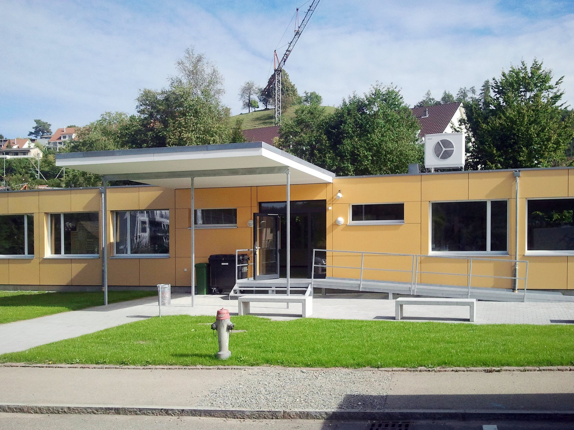 Schulhaus Modulbauweise mit grossen Einflügelfenster