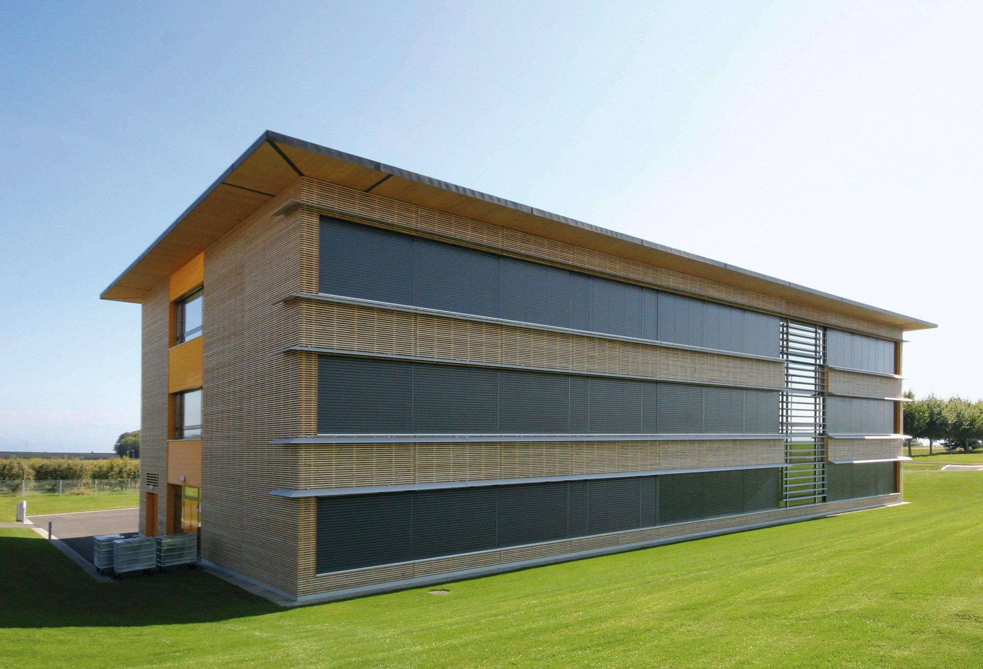 Treppenhaus in modernem und schlichtem Design und gelber Wand
