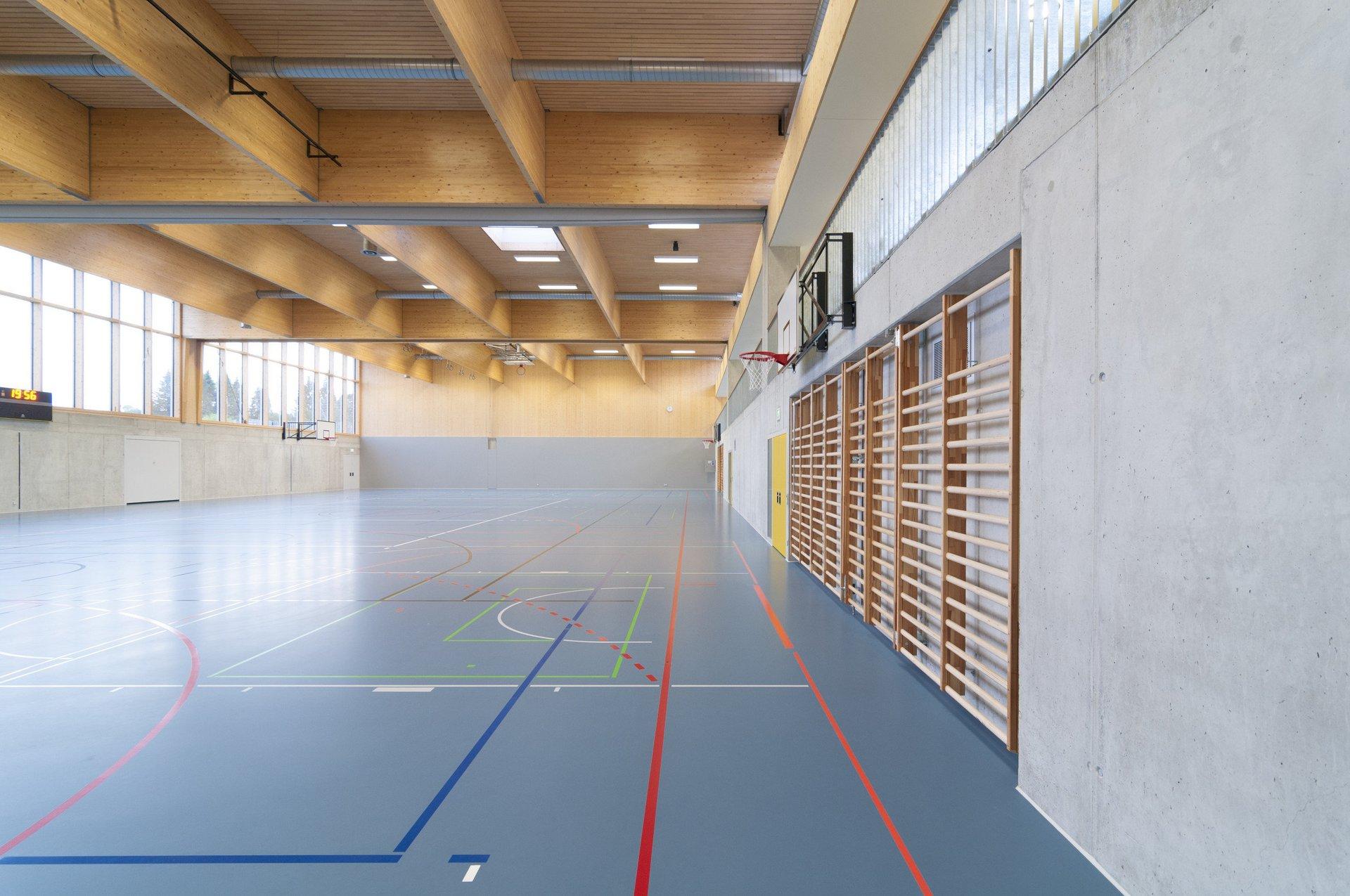 Sporthalle mit Kletterwänden