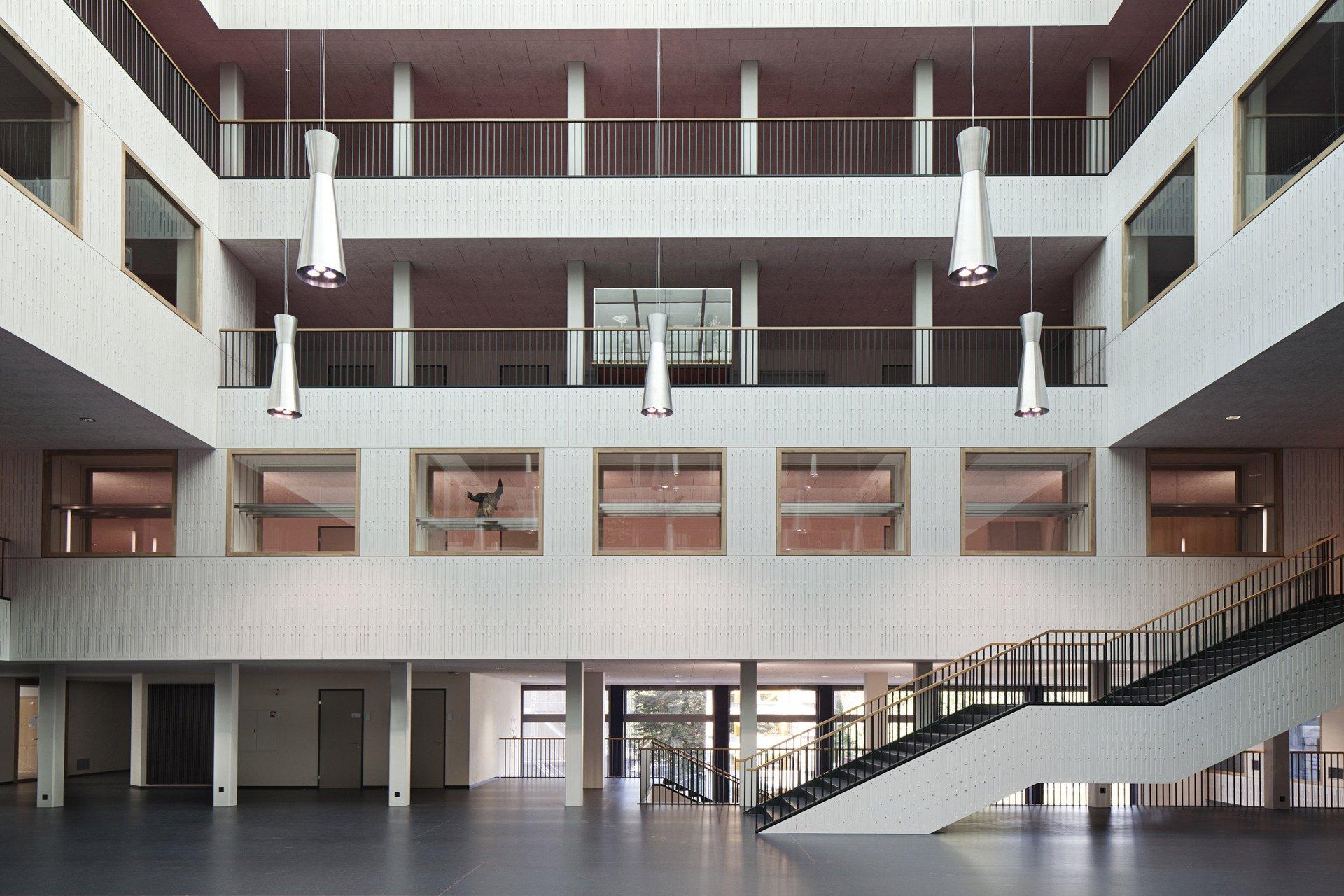 Schulhaus mit Innenhalle über mehrere Stockwerke mit Indoorfenster
