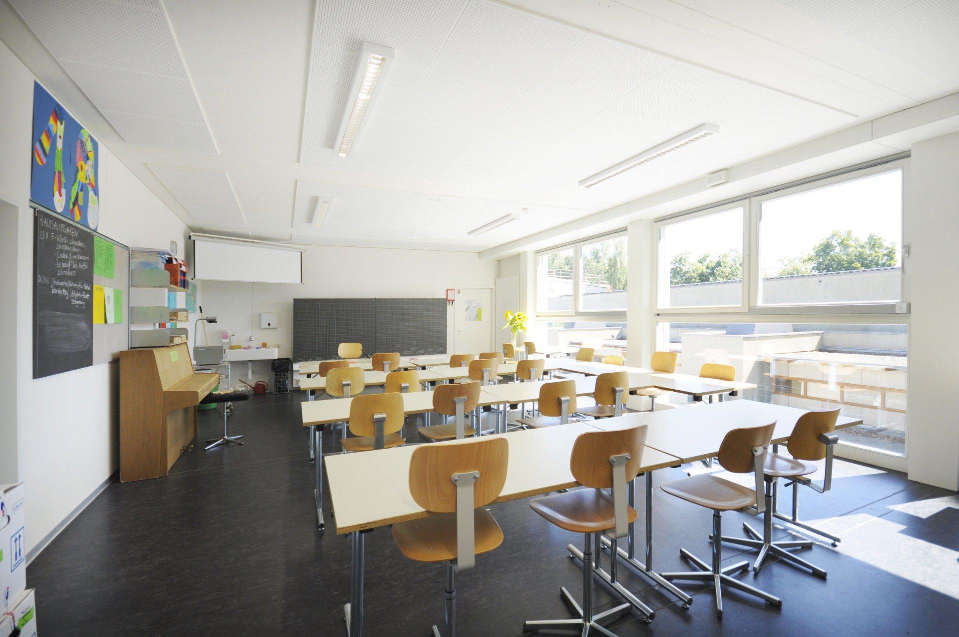 Lichtdurchflutetes Klassenzimmer mit grossen Sprossenfenster