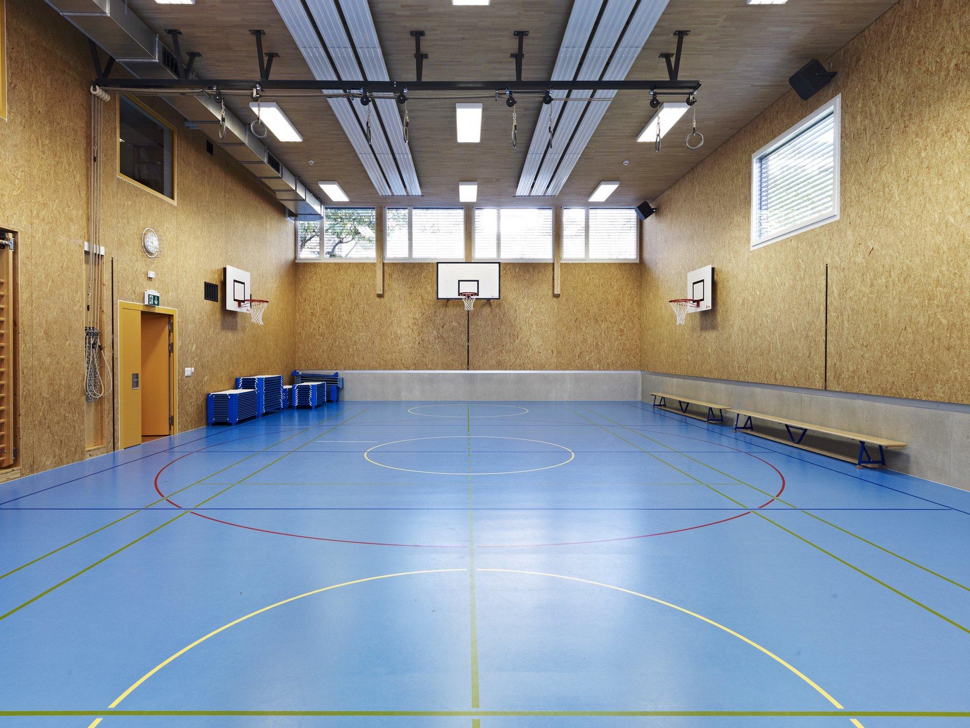 Salle de sport à parois en bois et grands éléments de fenêtres