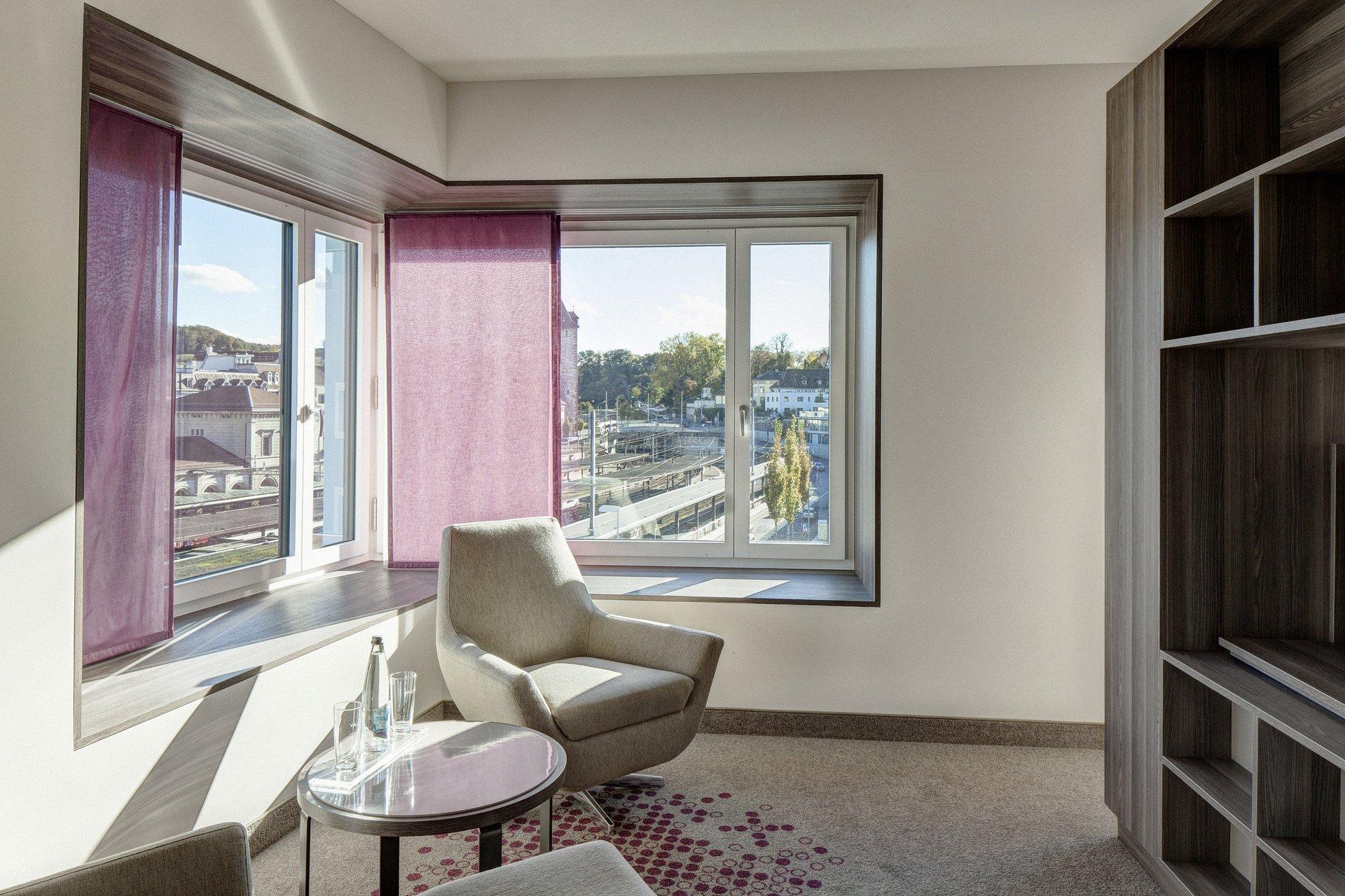 Möbliertes Zimmer mit Fensterelementen in feststehenden Teilen