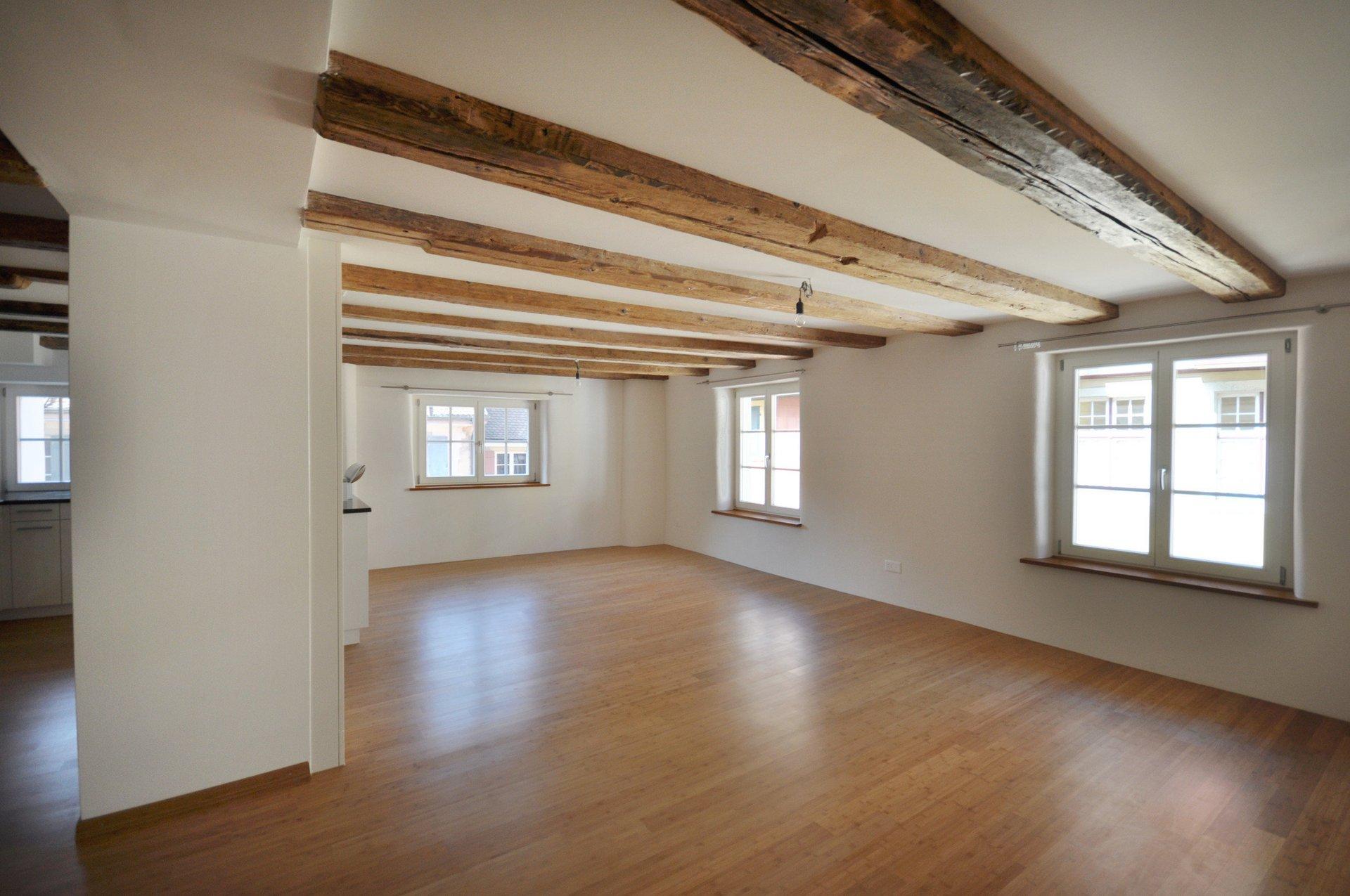 Renovierter Raum mit Küche links und 2-fach-verglasten lichtspendenden Fenstern rechts