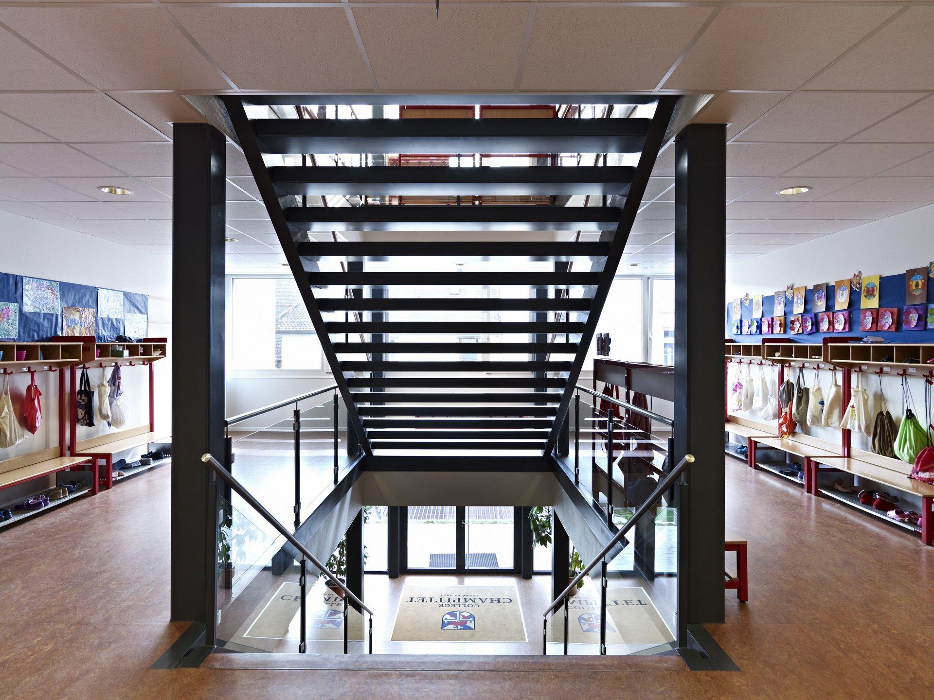 Cage d'escalier du bâtiment scolaire, de style moderne