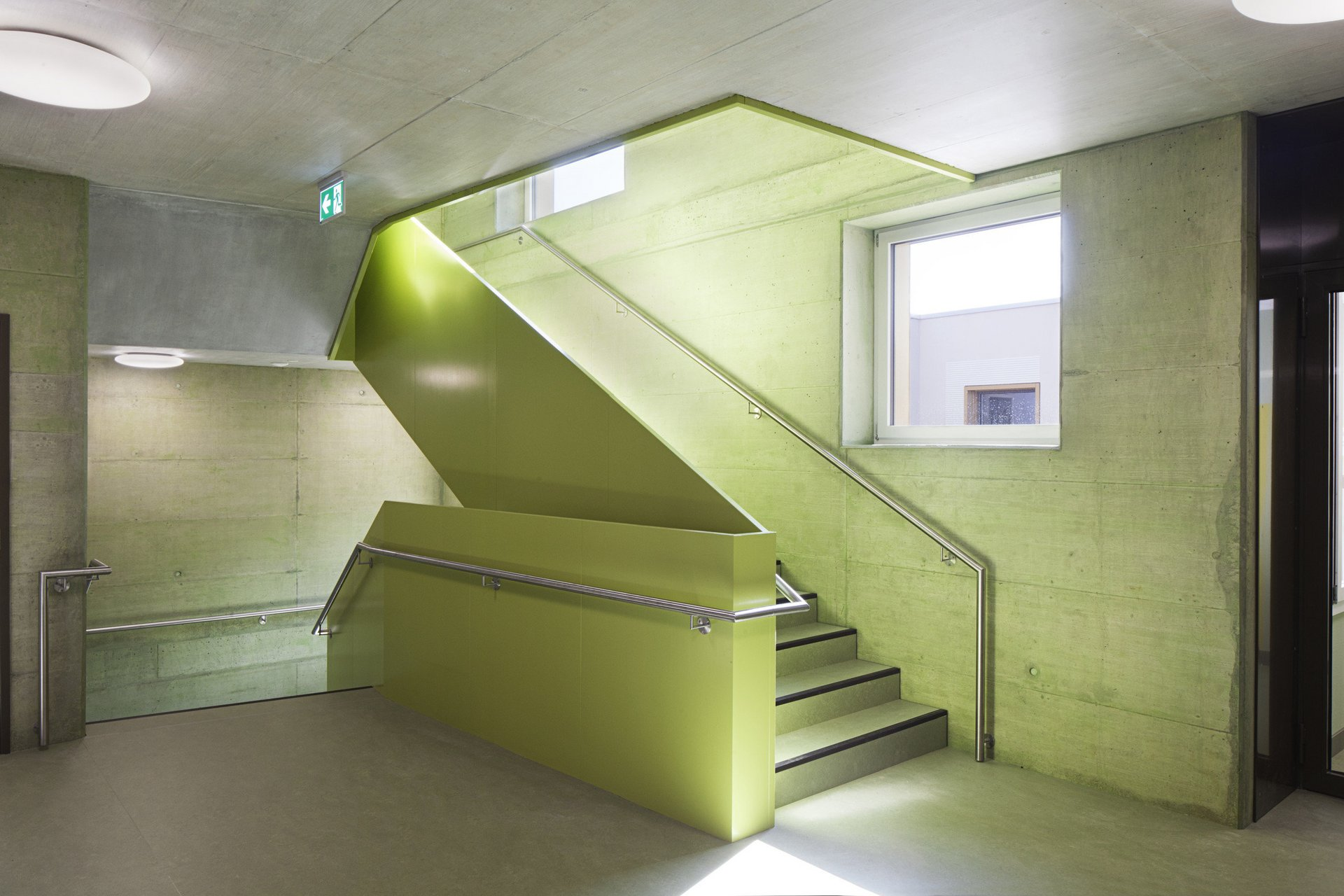 Treppenhaus im Betonbau mit farblichen Akzenten