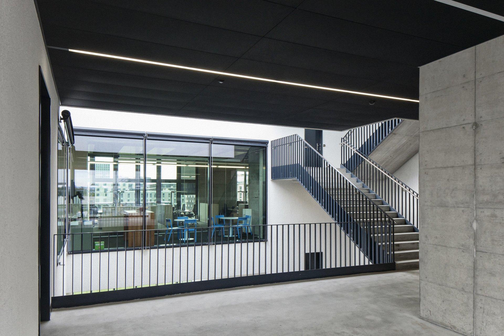 Logistikzentrum von innen mit grosszügig lichtspendenden Fenstern