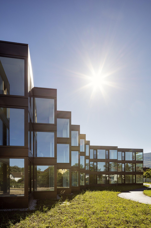 Fassadenelemente in Winkelform mit eingesetzten Fensterelementen