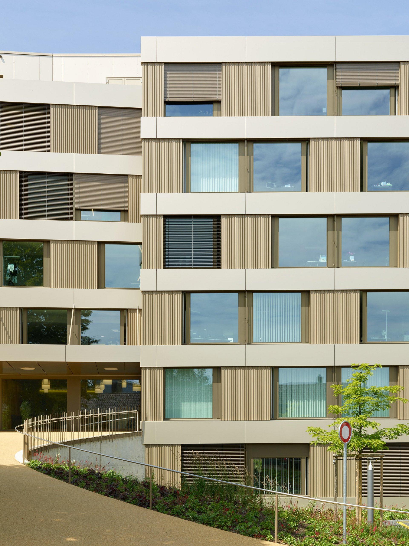 Gebäude mit gleichmässiger Fassadenanordnung