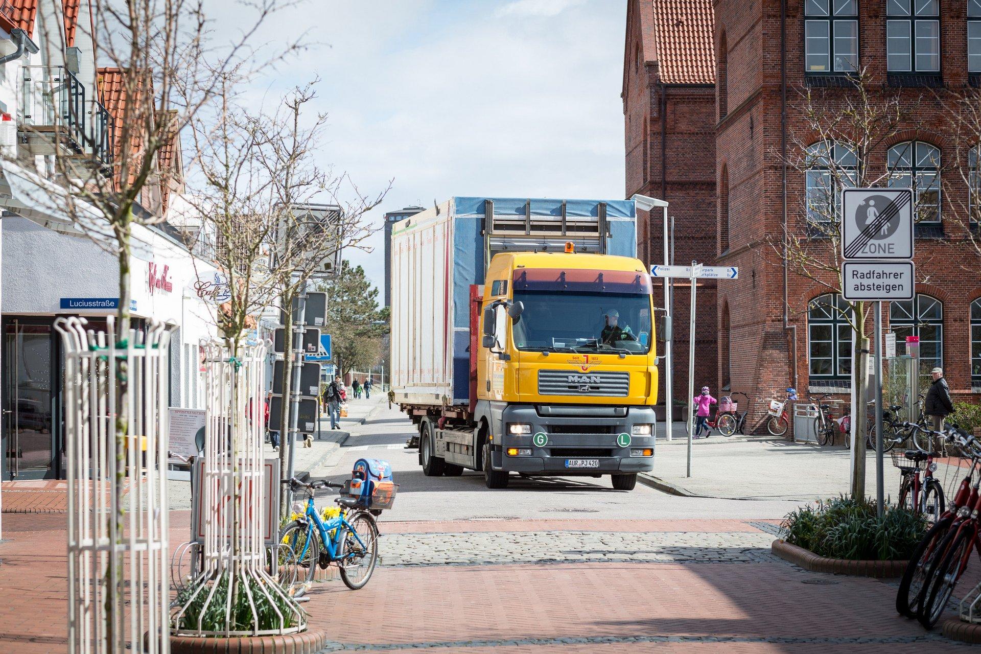 Camion amenant un élément modulaire en bois