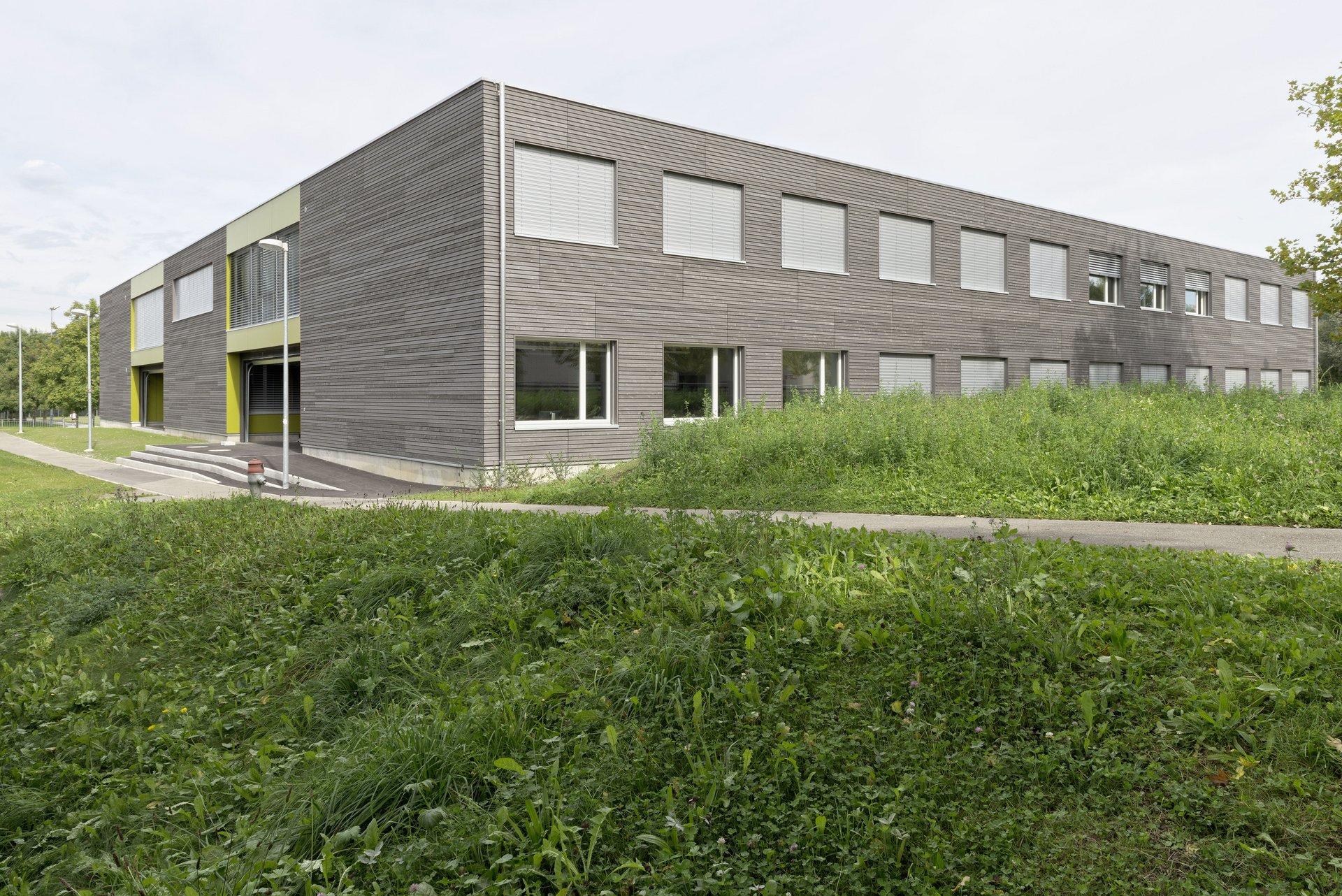 2-geschossiges Schulgebäude mit gleichmässiger Fensteranordnung in beiden Stockwerken