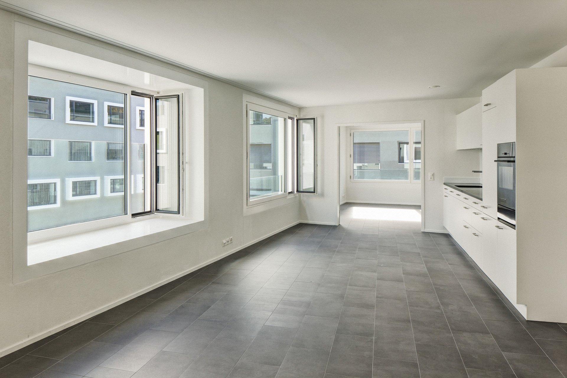 Lichtdurchflutete Küche durch grosse Einflügelfensterelemente