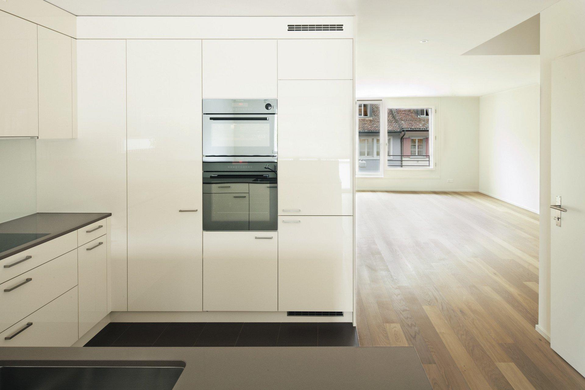 Cuisine aménagée moderne, à élément de fenêtre en bois-métal