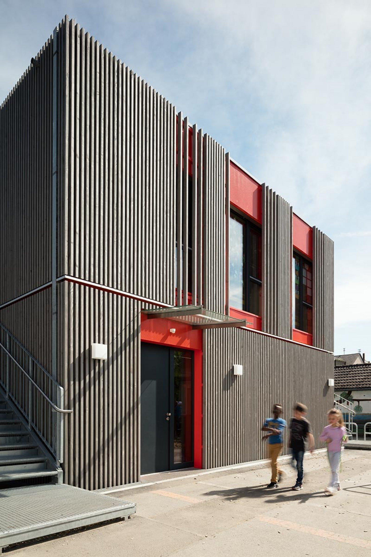 2-geschossiges Schulgebäude mit moderner Holzfassade
