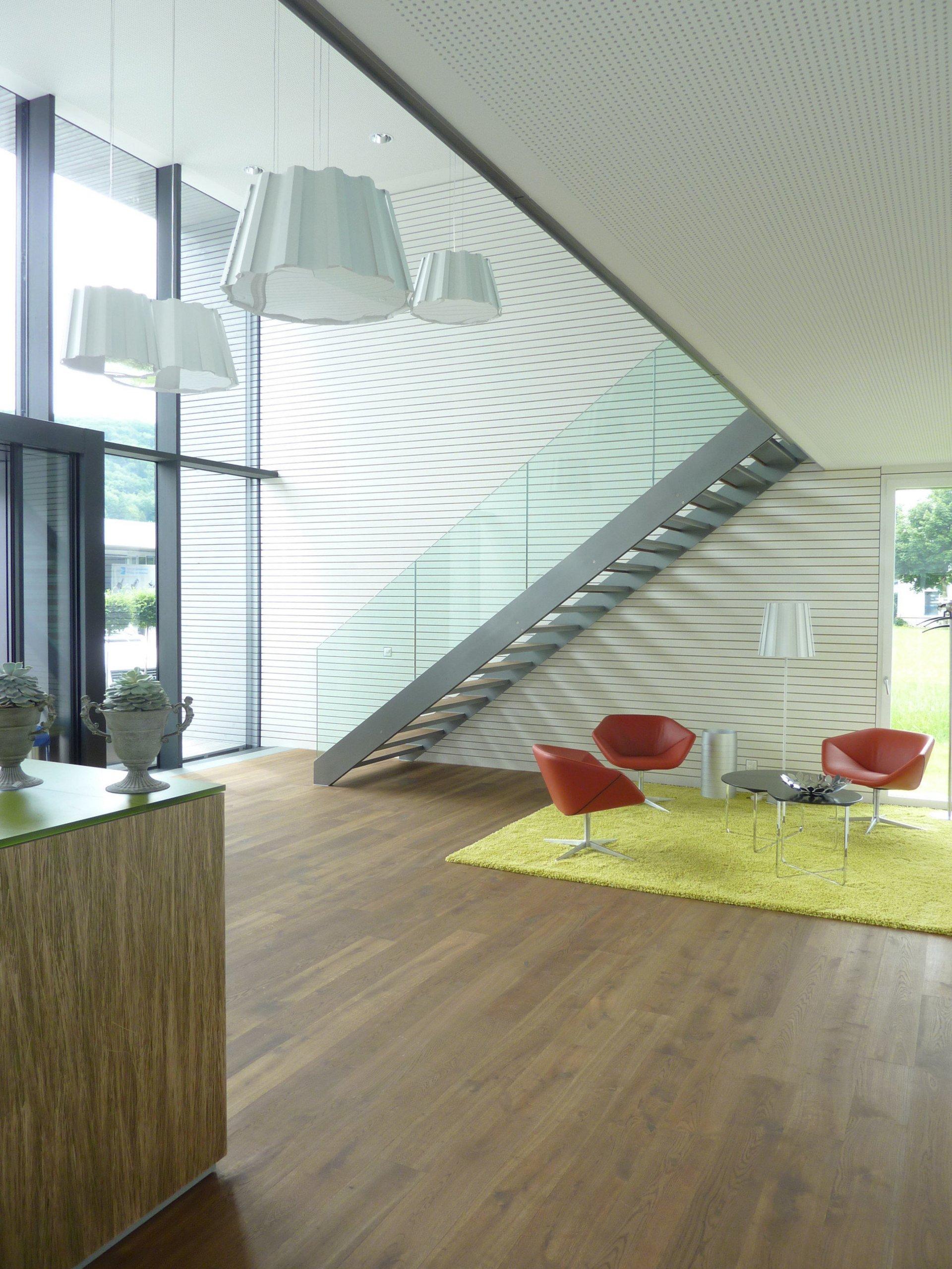 Bürogebäude Foyer mit Wartebereich in modernem Design