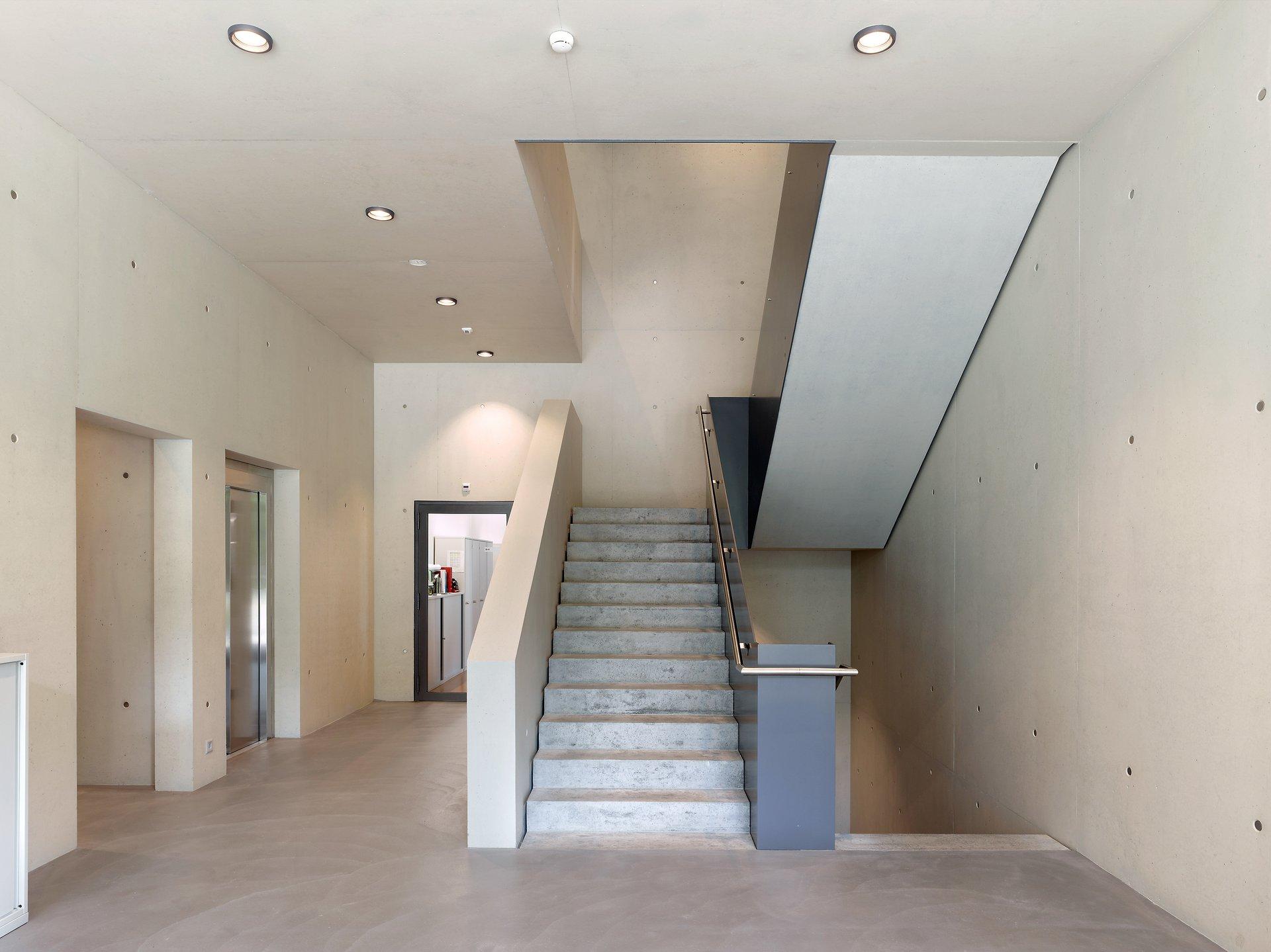 Grosszügiges und modernes Treppenhaus aus Sichtbeton