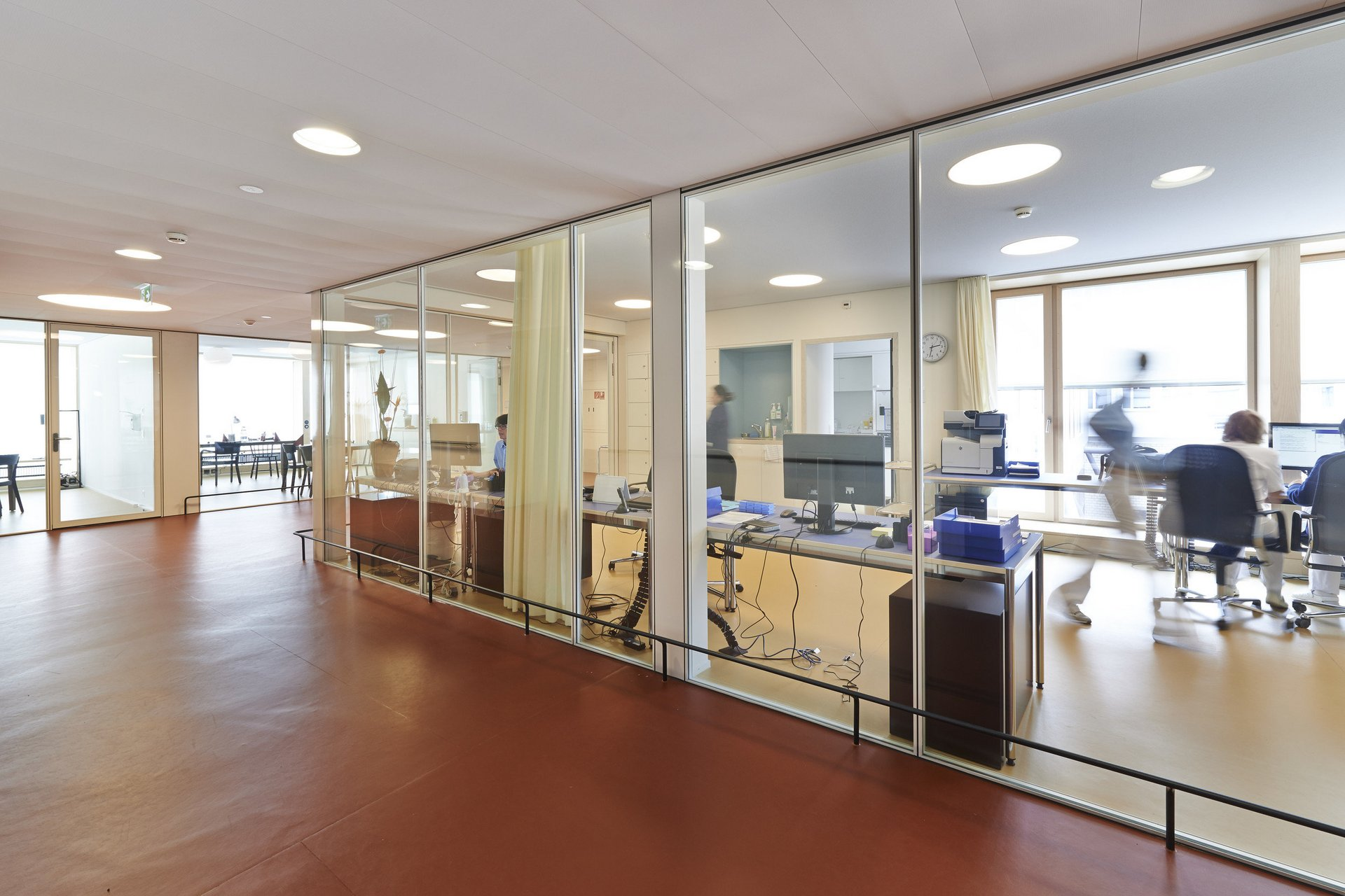 Büroabteil abgetrennt zum Flur durch lichtspendende Indoorfenster