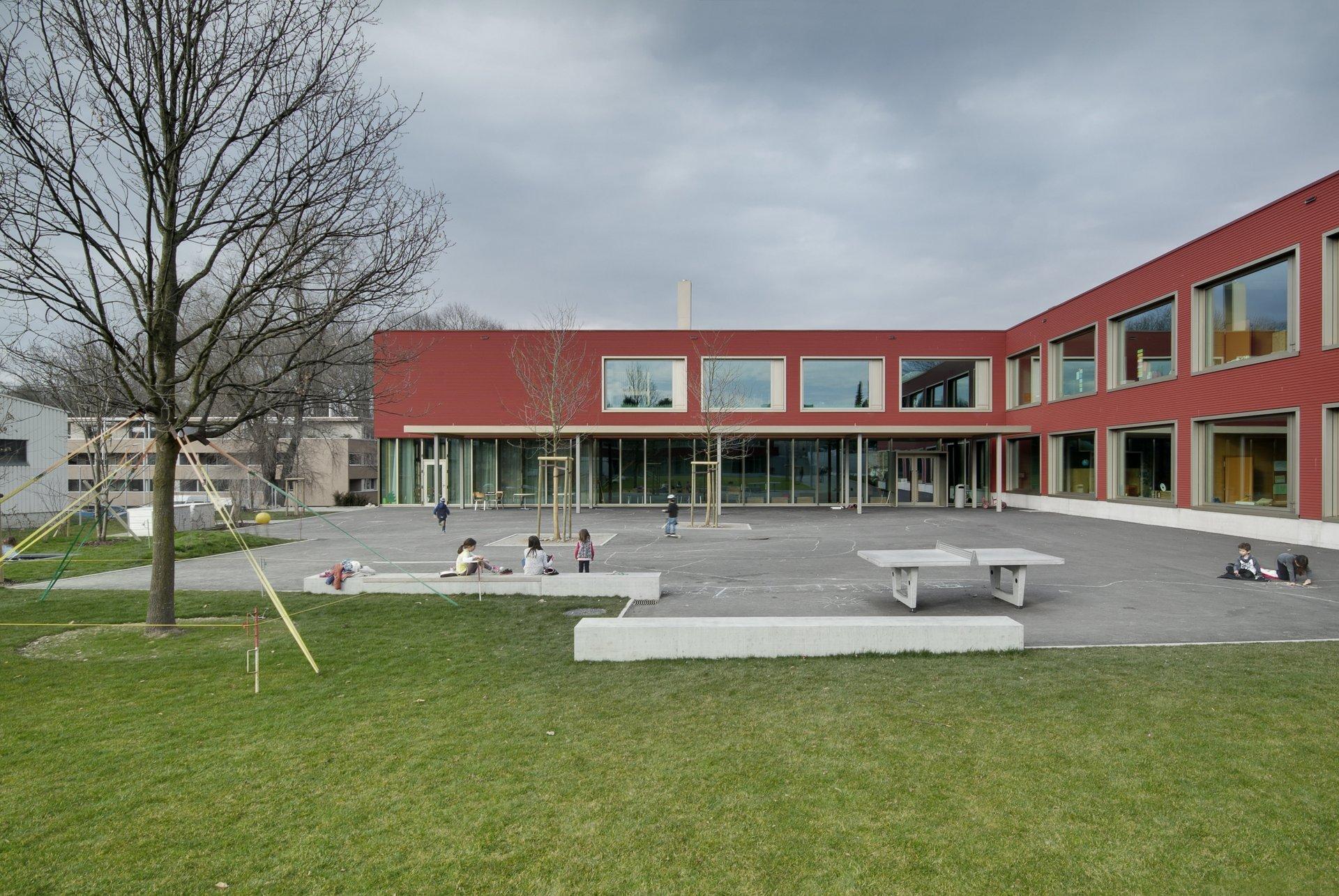 Schulhaus mit Hinterhof