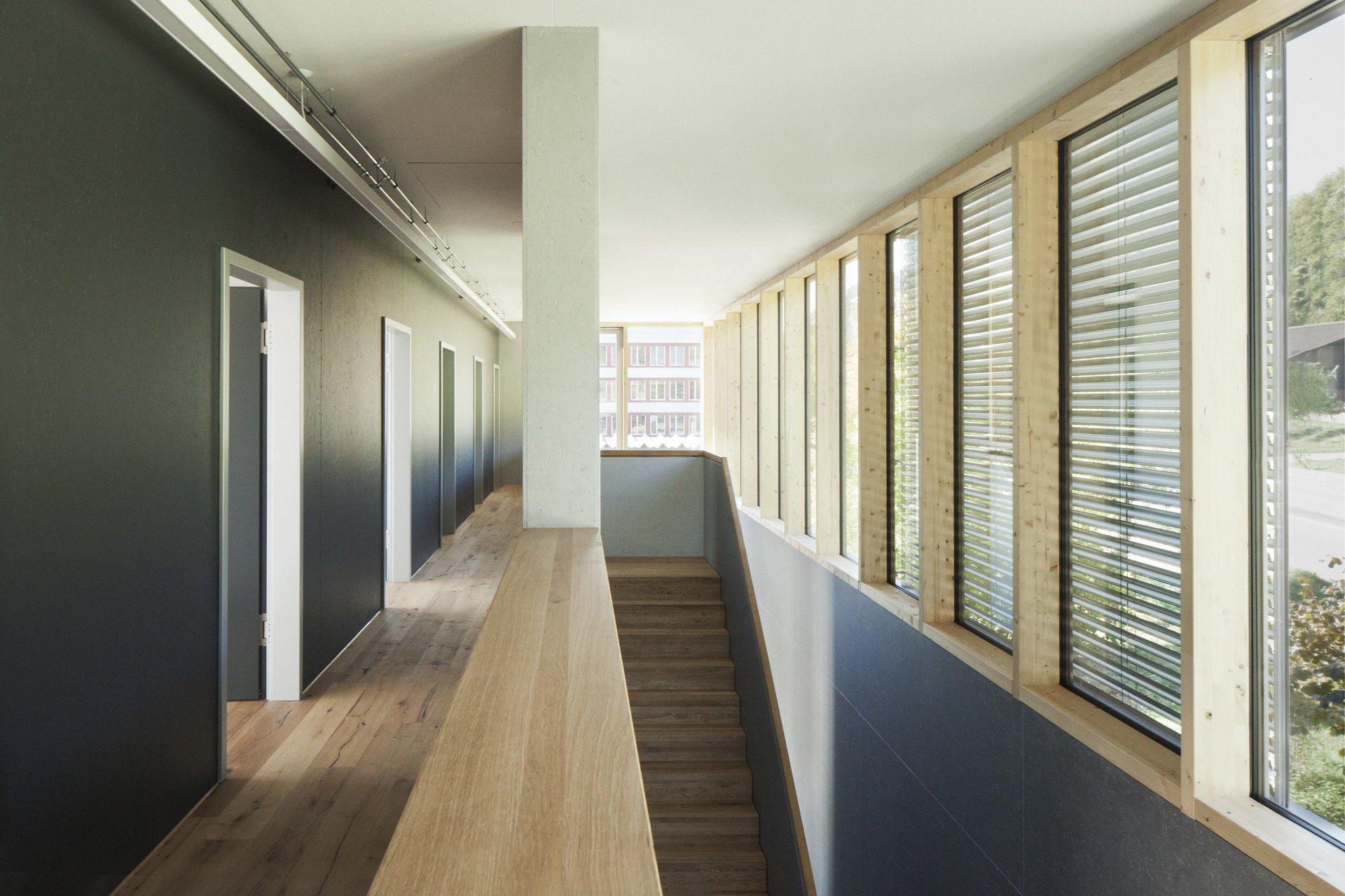 Flur links mit Treppe nach unten rechts in hellem und modernem Design