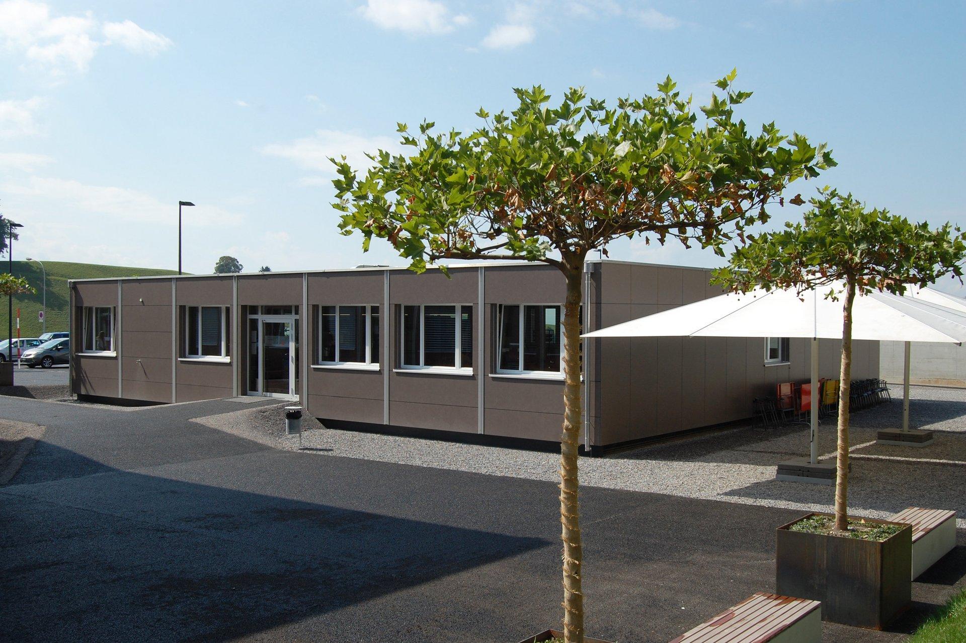 Temporäre Mensa beim Schulgebäude in schlichtem Design