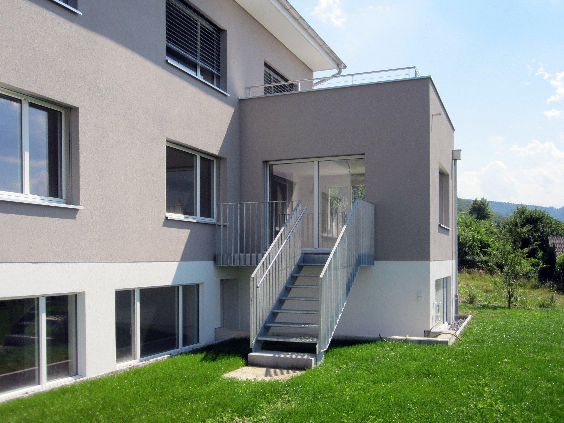 Eingang zu Doppeleinfamilienhaus mit Stahltreppe