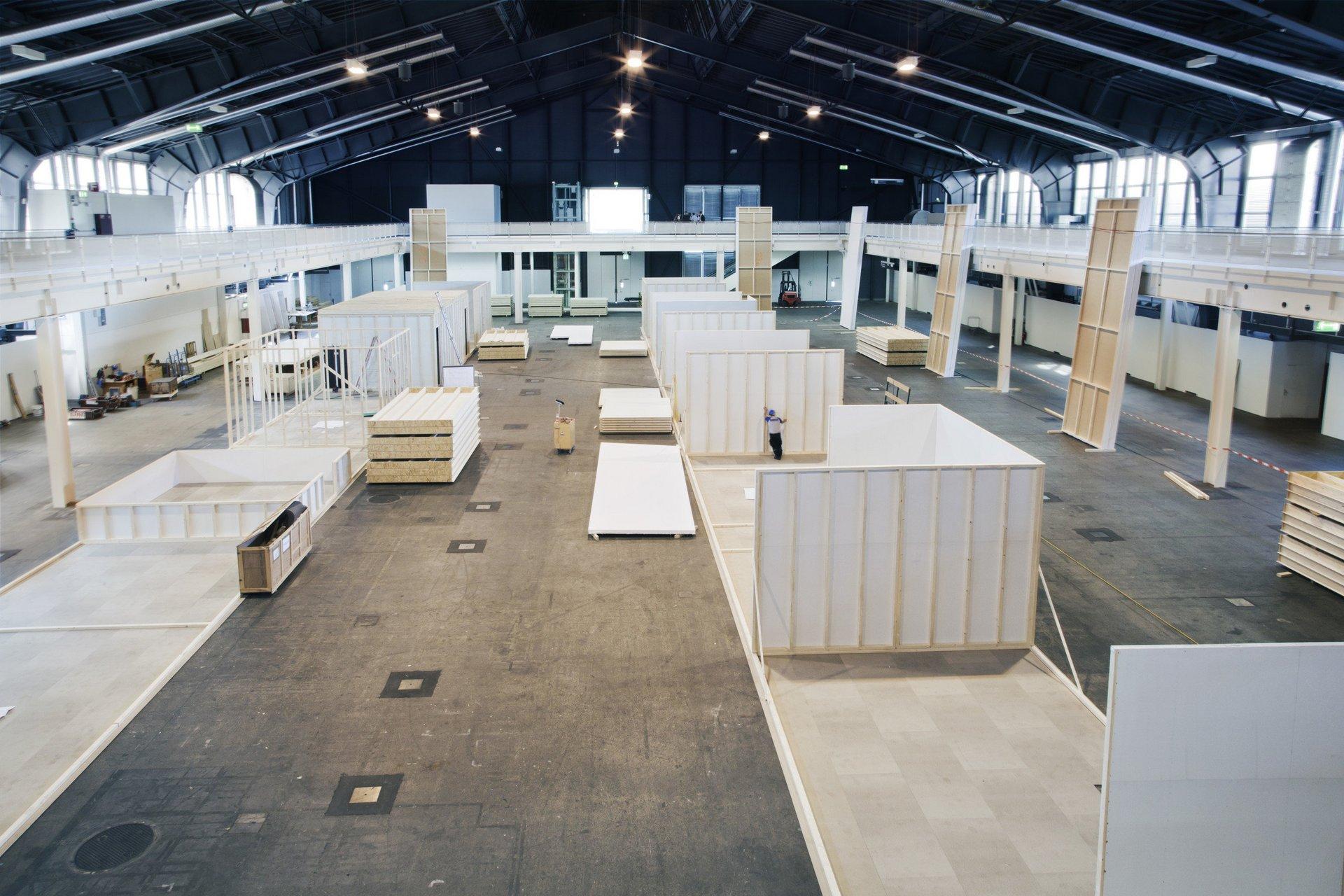 Bau verschiedener Holz-Räume in grosser Halle