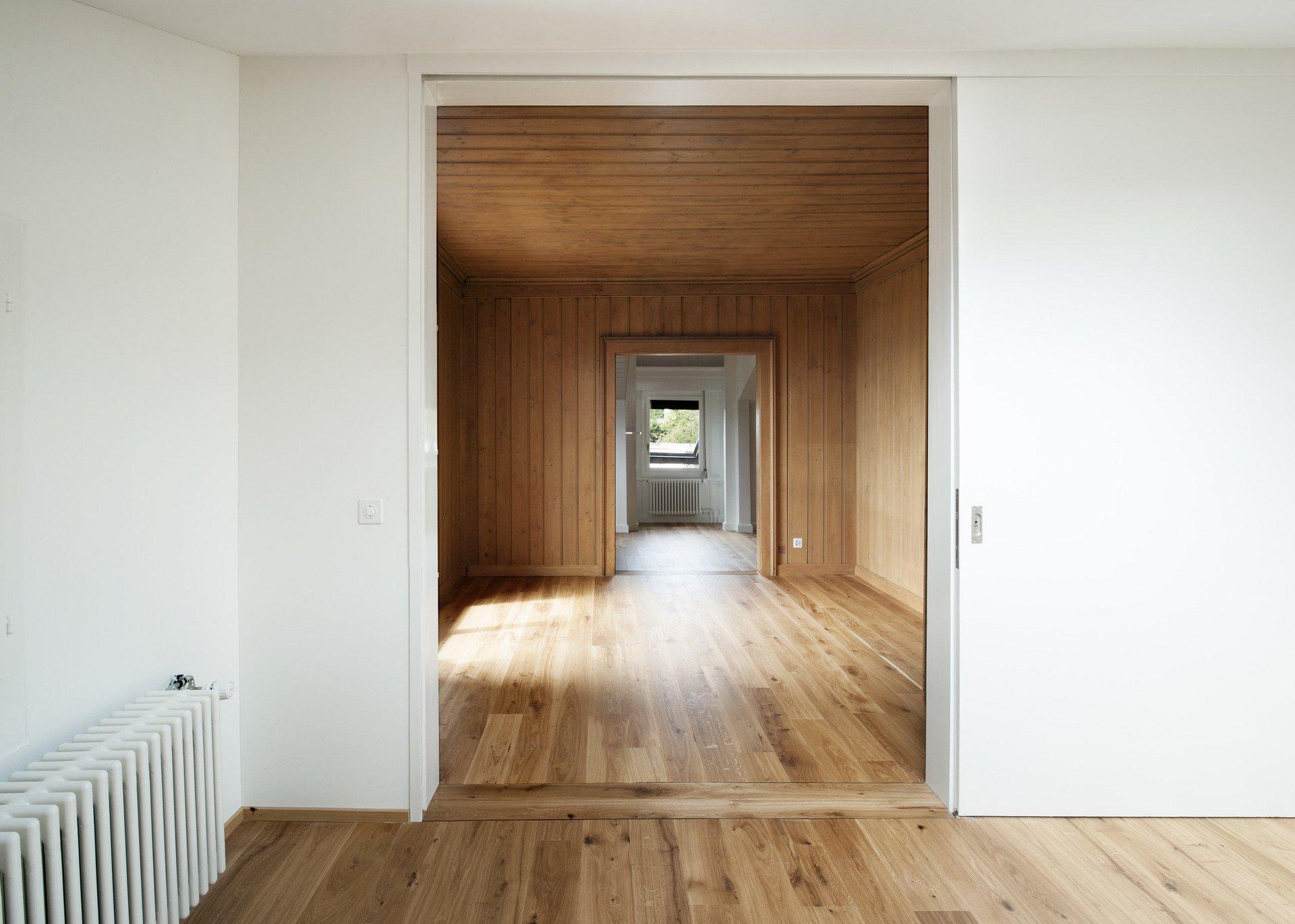 Türrahmen + Wohnraum mit Wänden, Decken und Böden aus Holzdielen