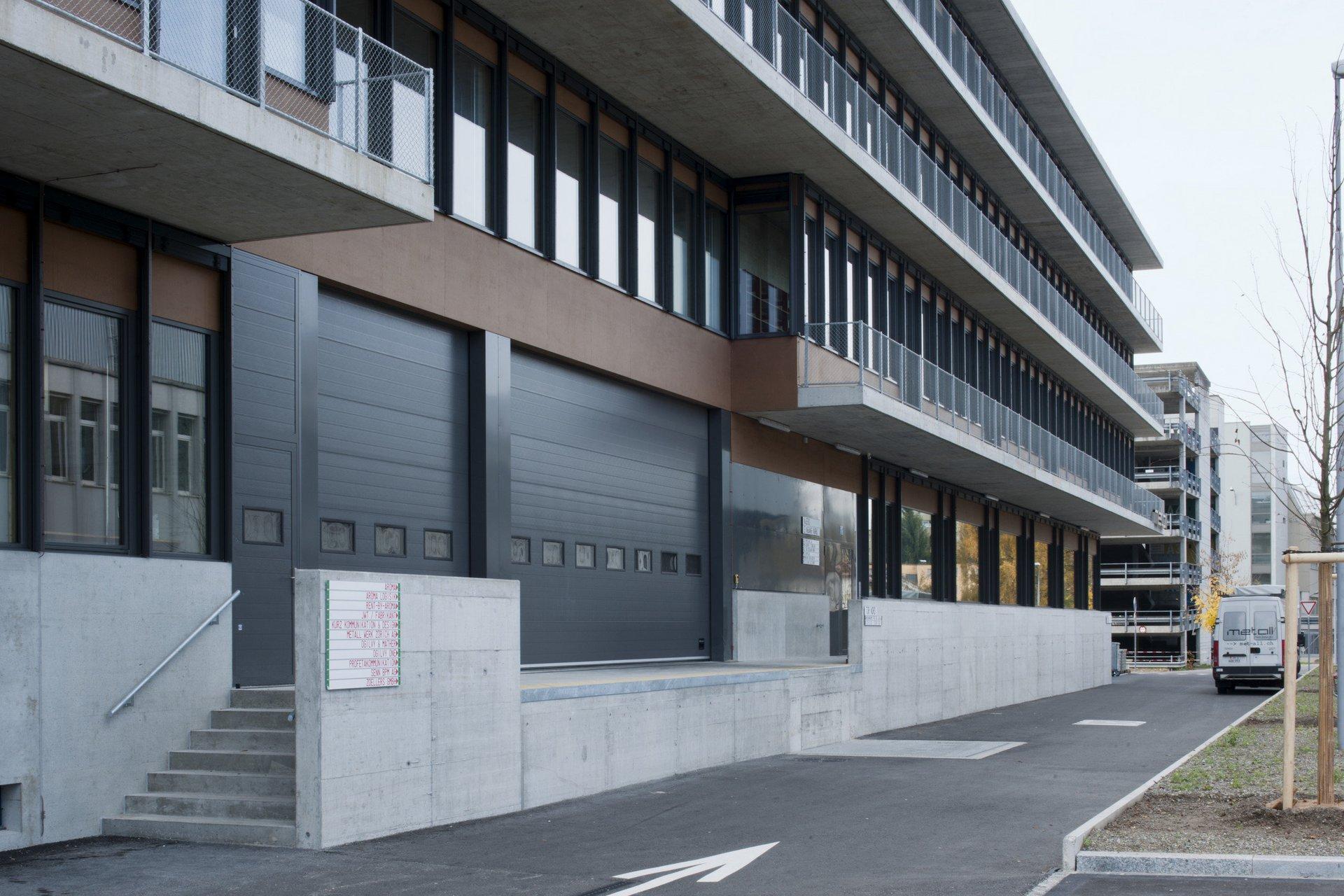 Vue en biais d'un bâtiment industriel avec parapet revêtu de Rockpanel naturell