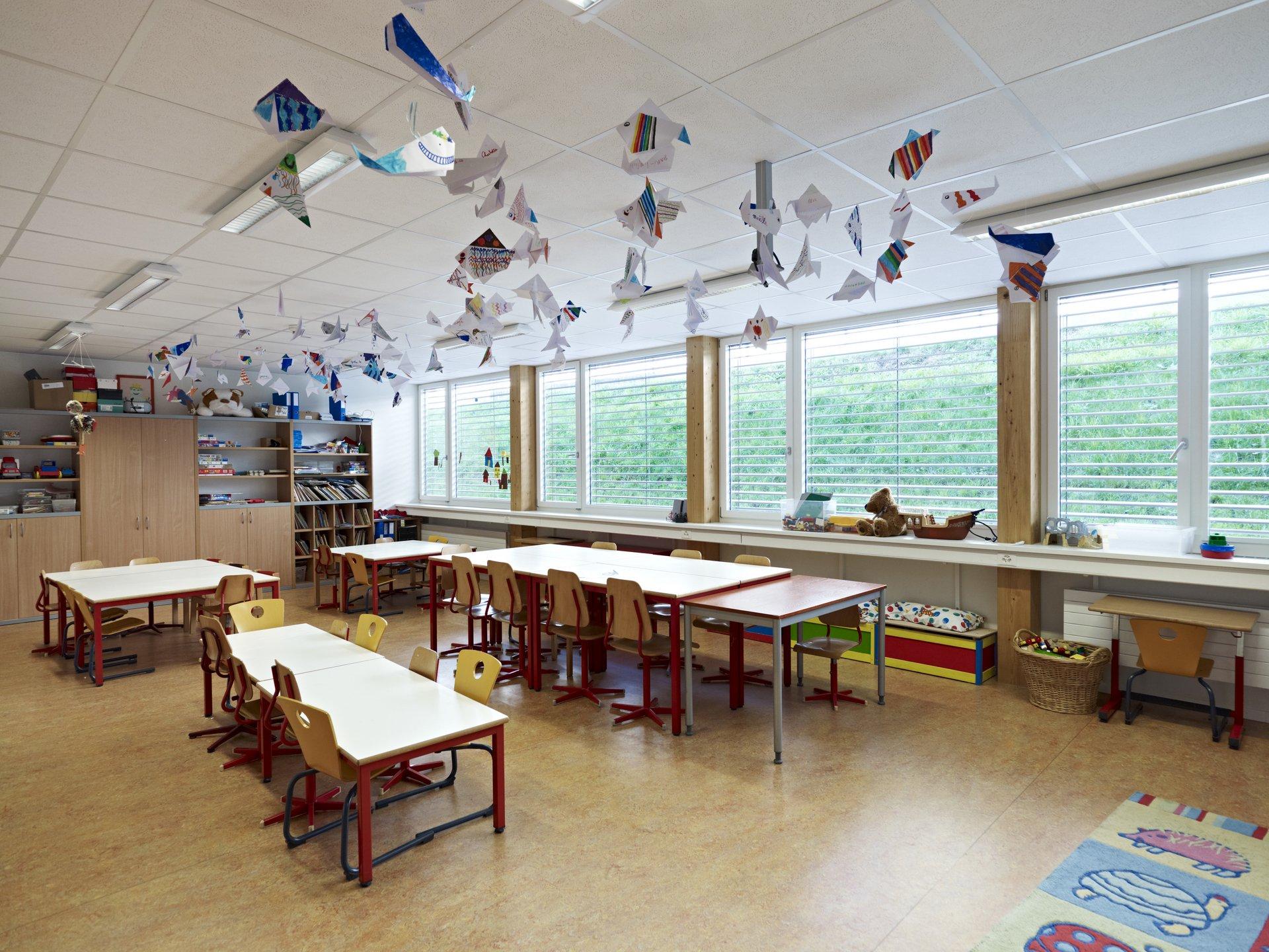 Salle de classe meublée, à grands éléments de fenêtres à 1 vantail