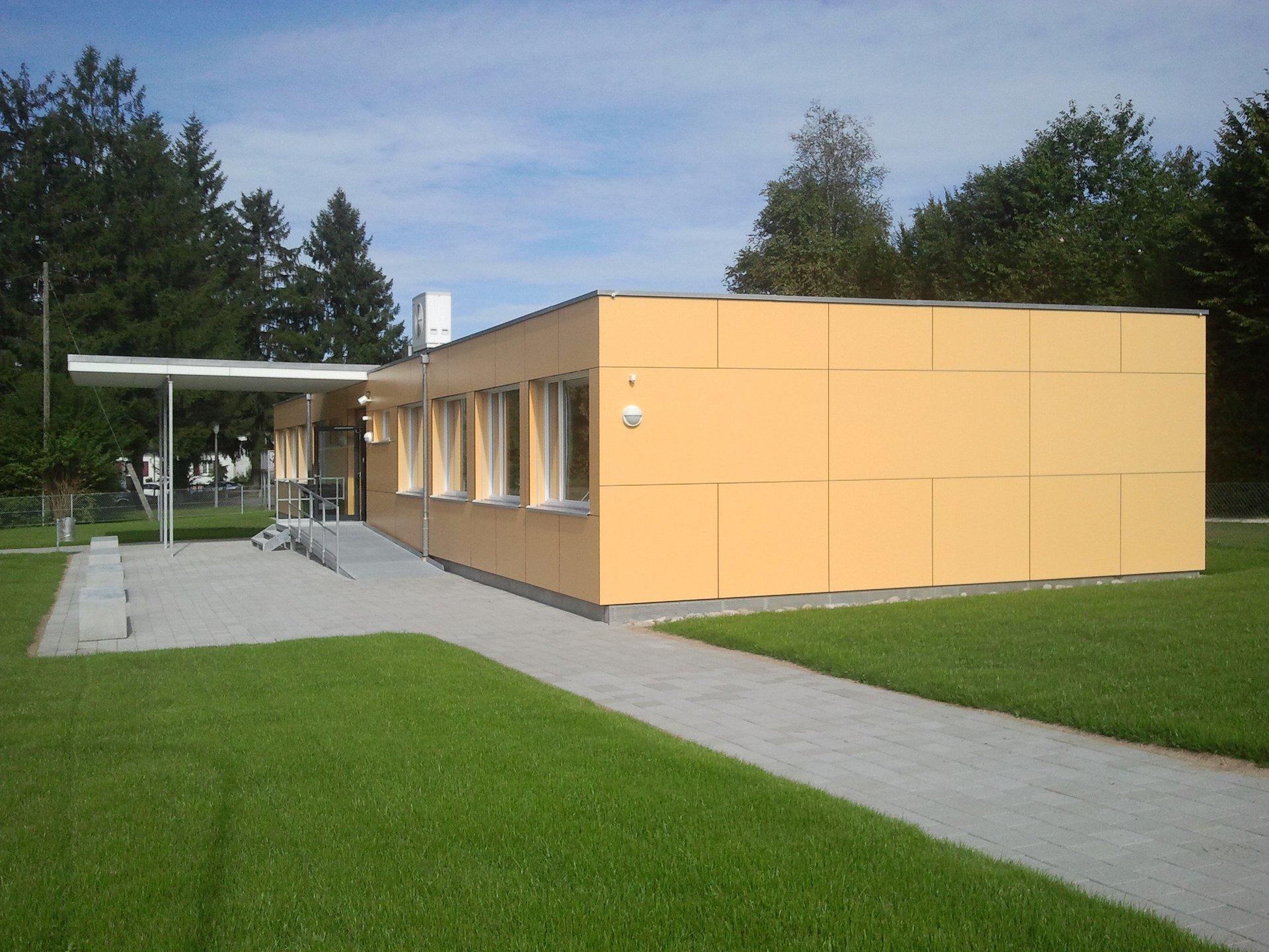 Schulhaus in Modulbauweise mit Luft-Wasser-Wärmepumpe