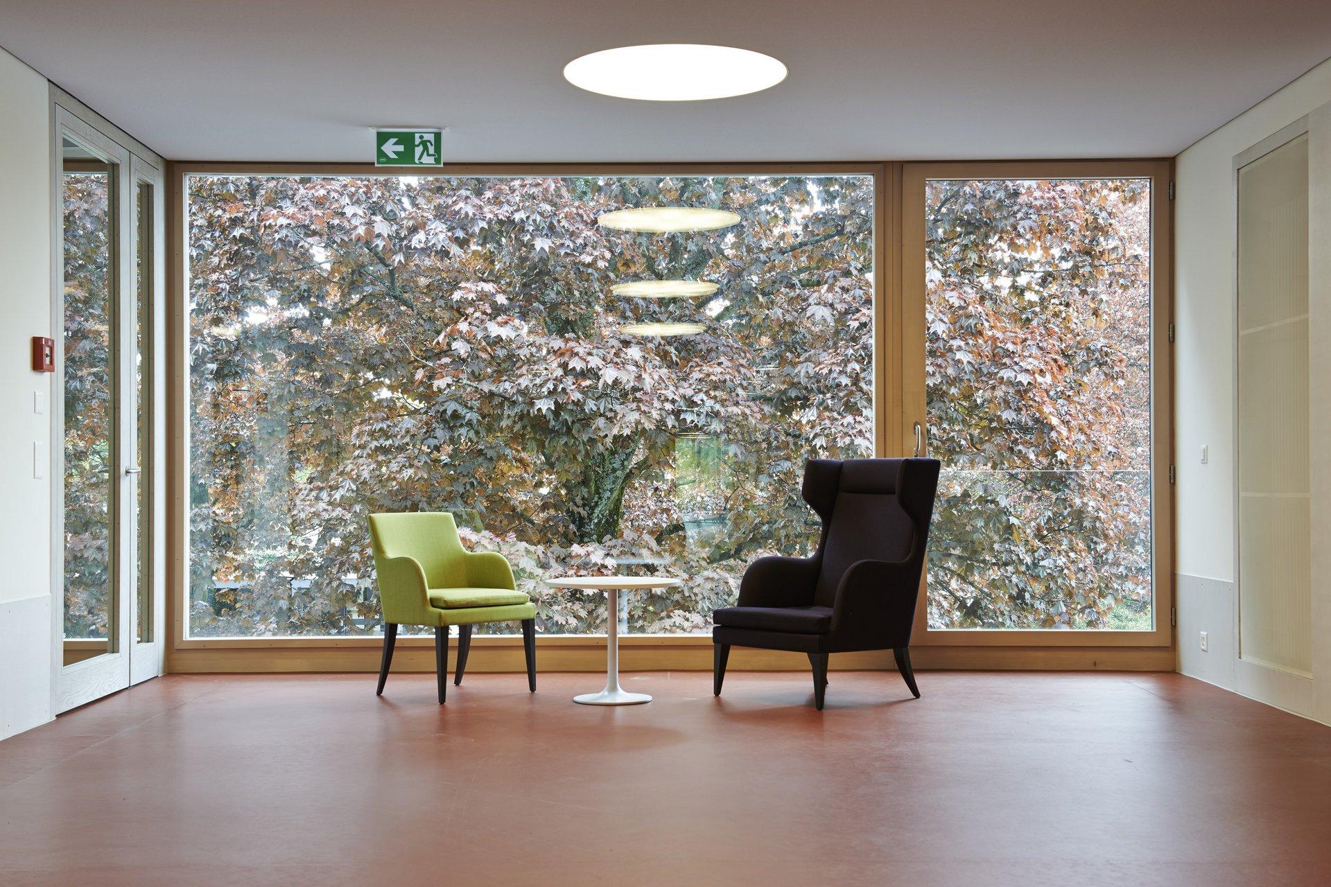 Wandgrosses Einflügelfensterelement mit nebenstehender Tür mit Glasfläche
