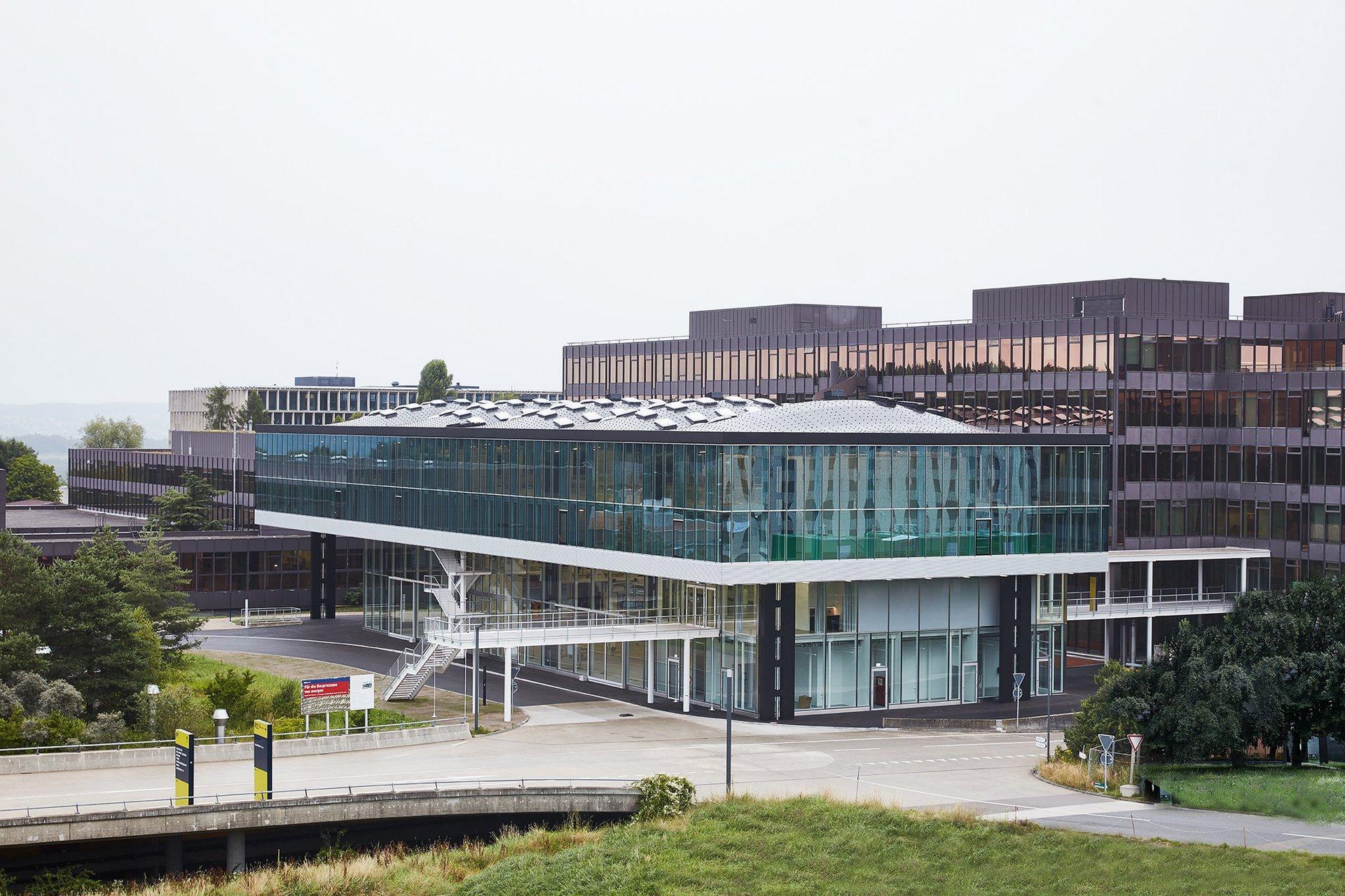 Bâtiment à 2 étages à façade de fenêtres et toiture ondulée