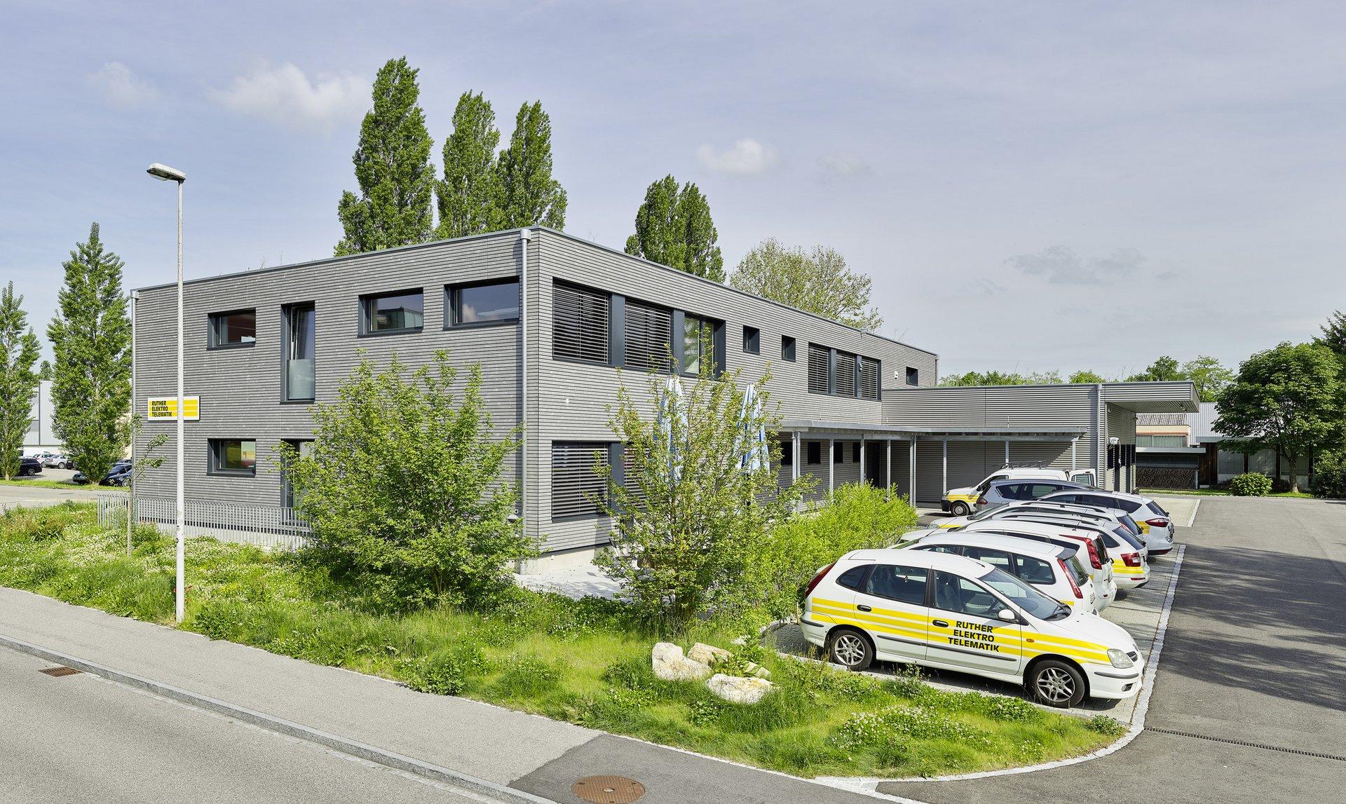 Bâtiment bureau à 2 étages à agencement régulier des fenêtres
