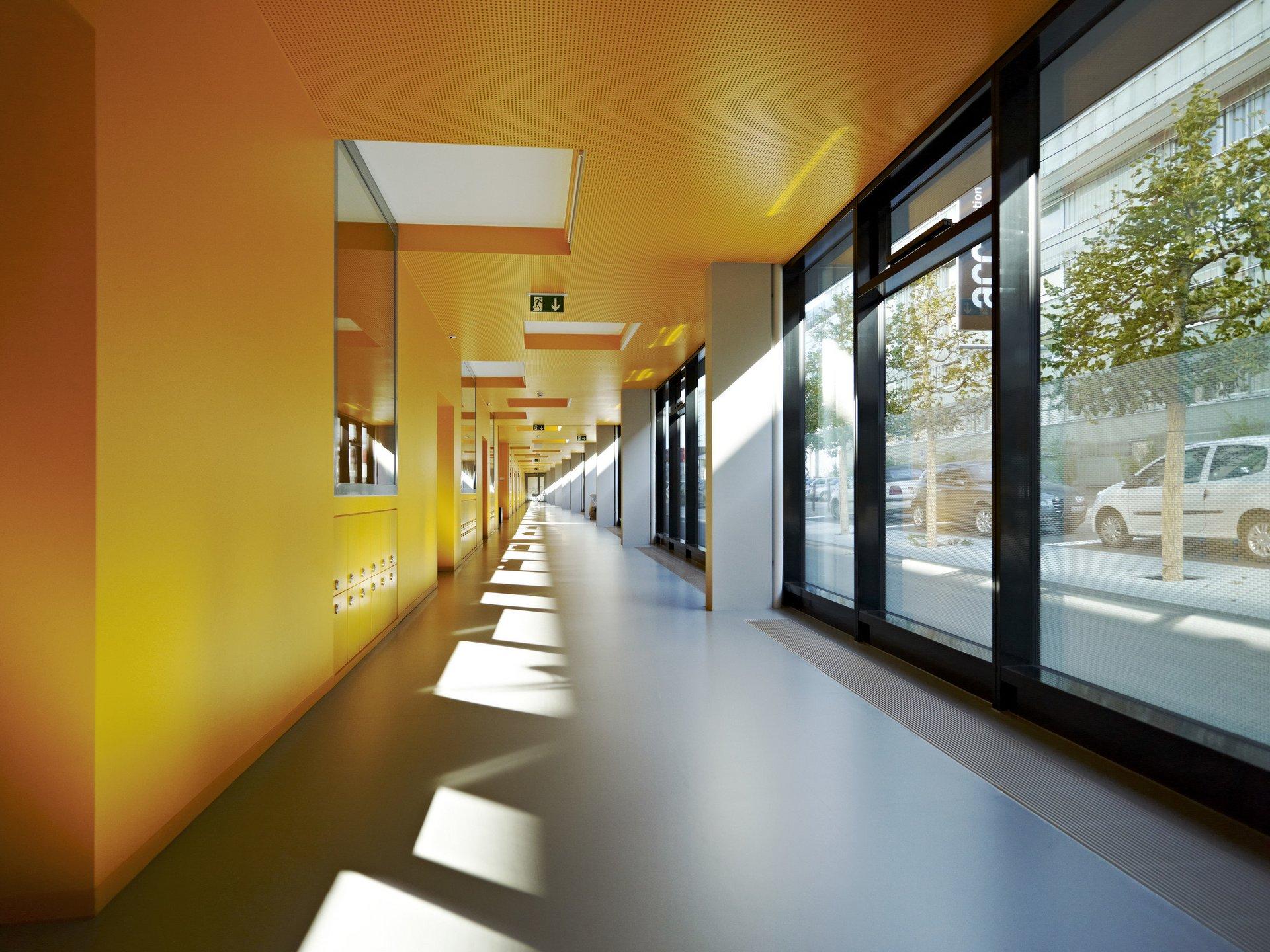 Einflügelfensterelemente mit Oberlicht aus Holz-Metall im Flur