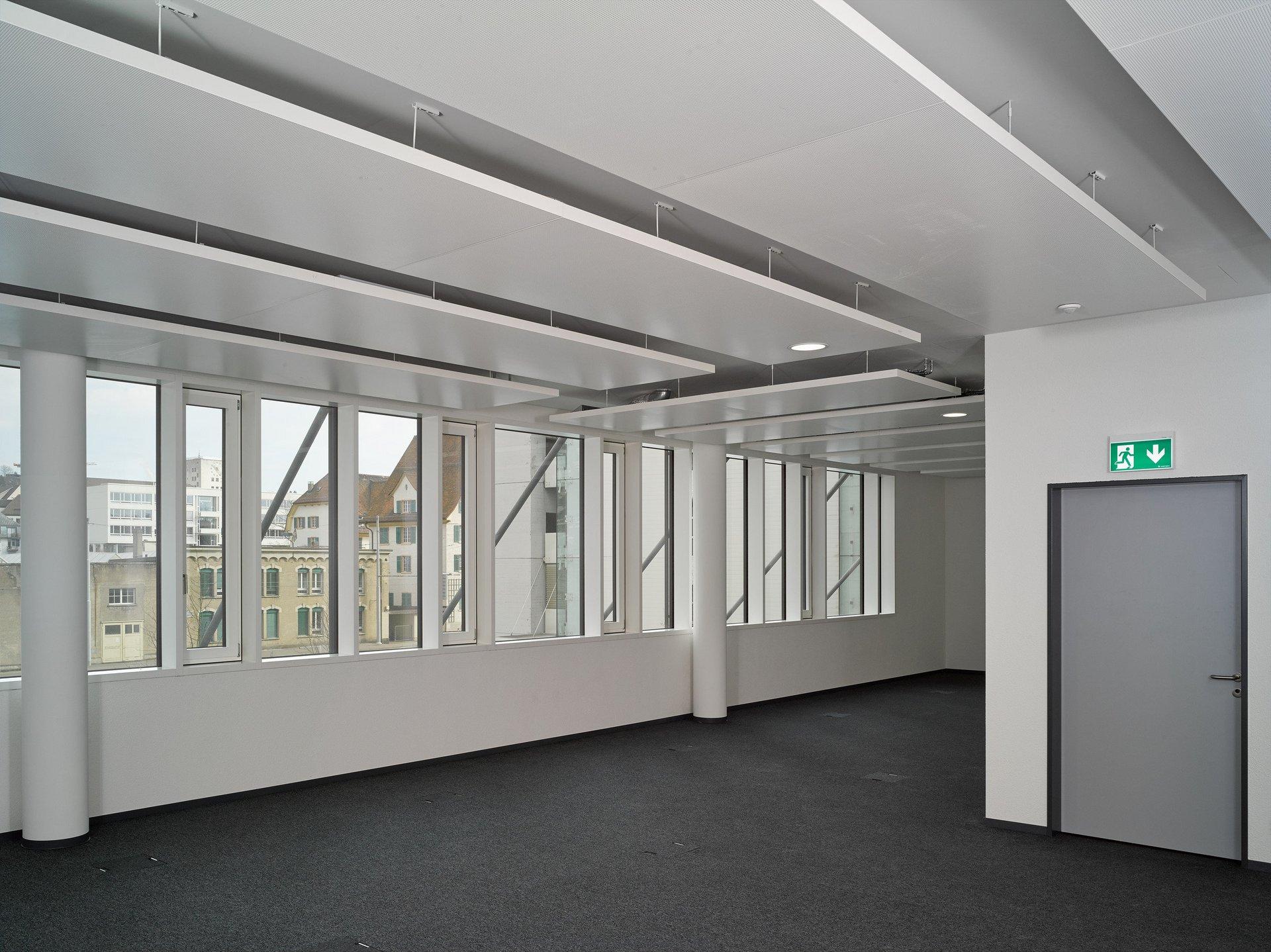 Unmöblierter Raum mit direkt aneinander liegenden Fensterelementen