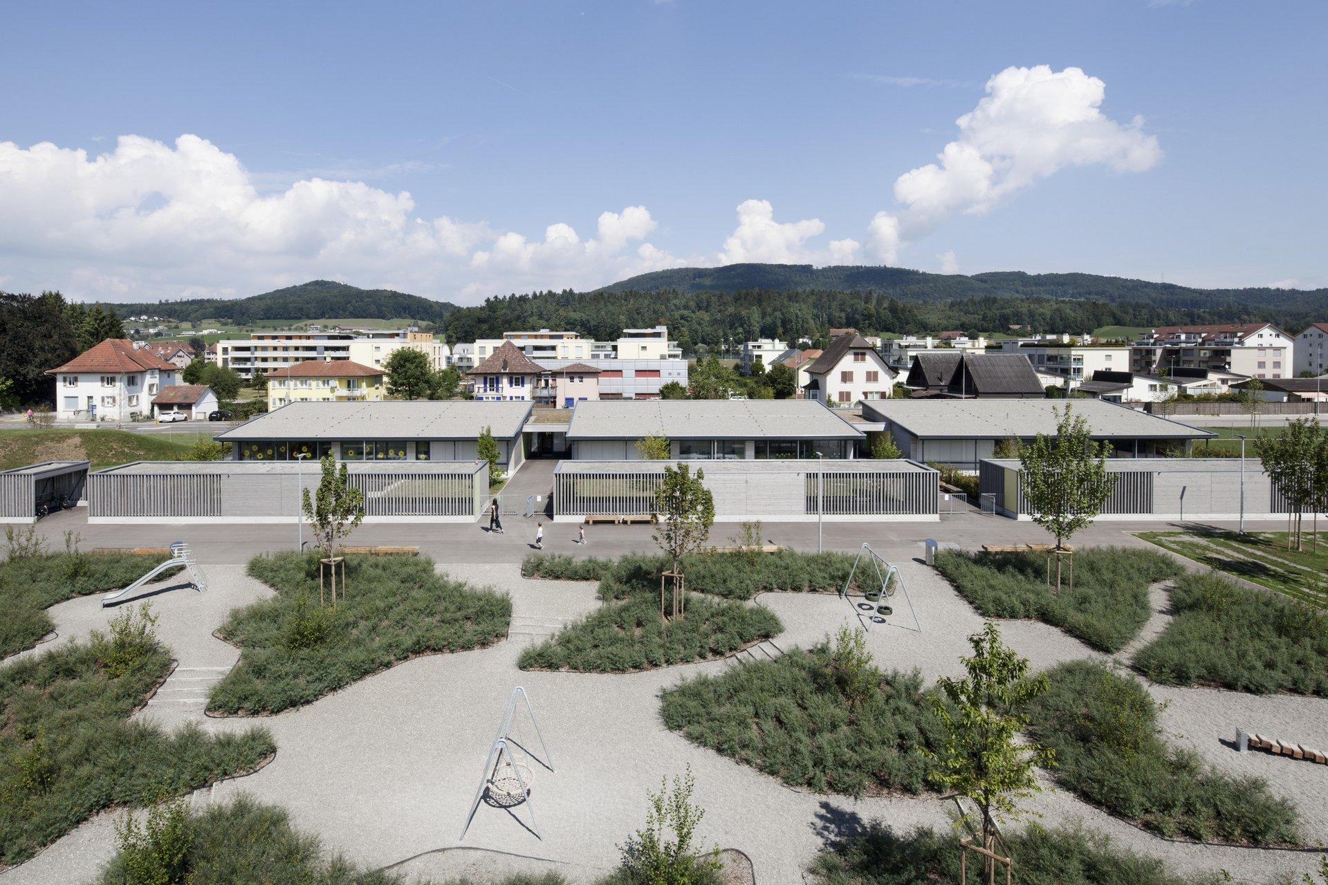 3 bâtiments scolaires identiques, à 1 étage, sur une grande aire scolaire