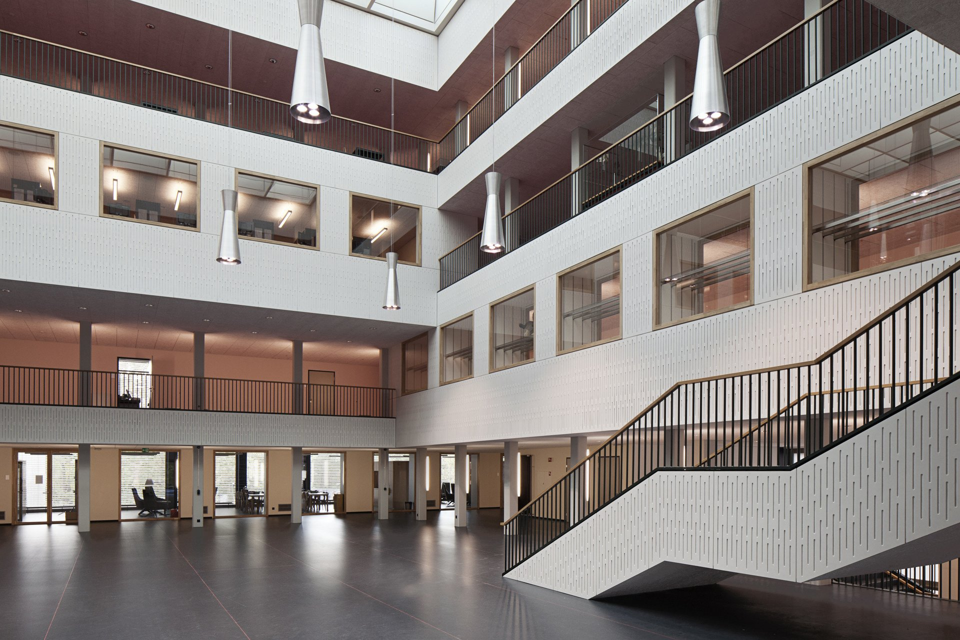 Schulhaus mit Innenhalle über mehrere Stockwerke saniert
