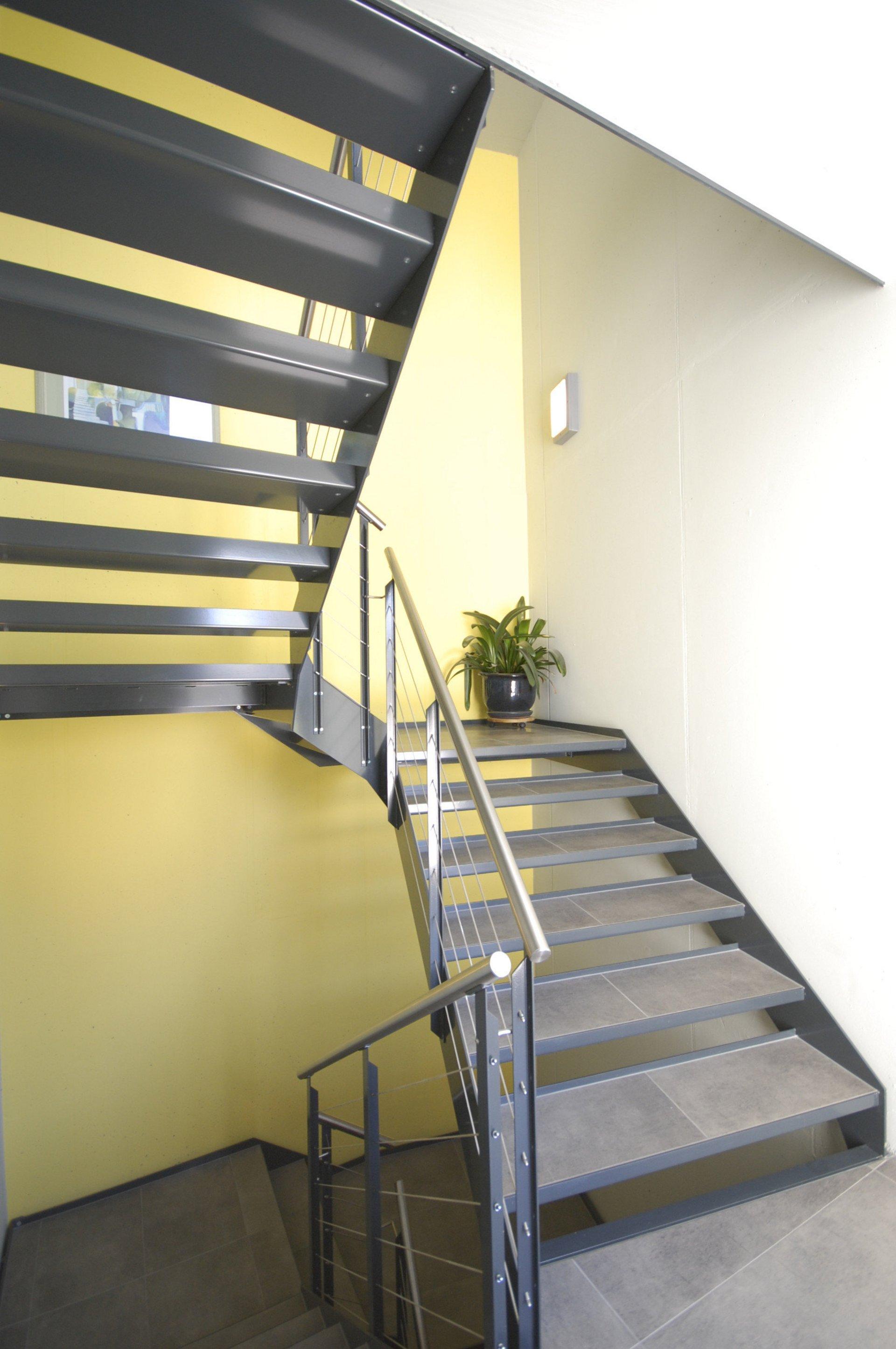 Helles Treppenhaus mit Ganzmetall Fensterelementen