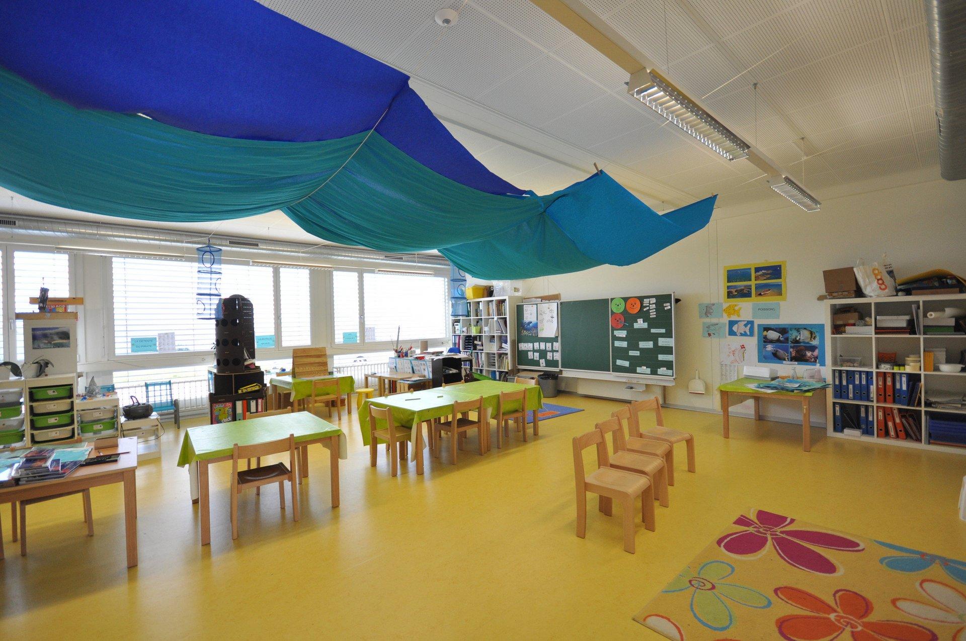 Ausgestattetes Klassenzimmer mit grossen Fensterelementen