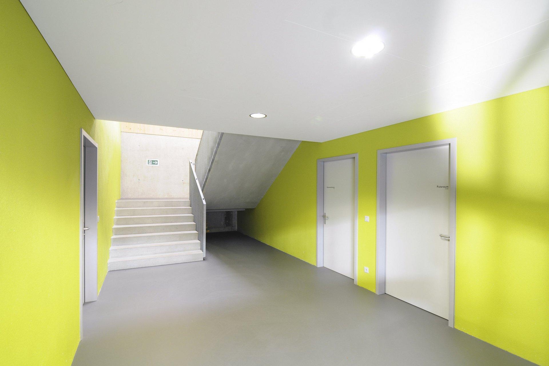 Gang und Treppe Sporthalle in schlichtem und farbenfrohem Design