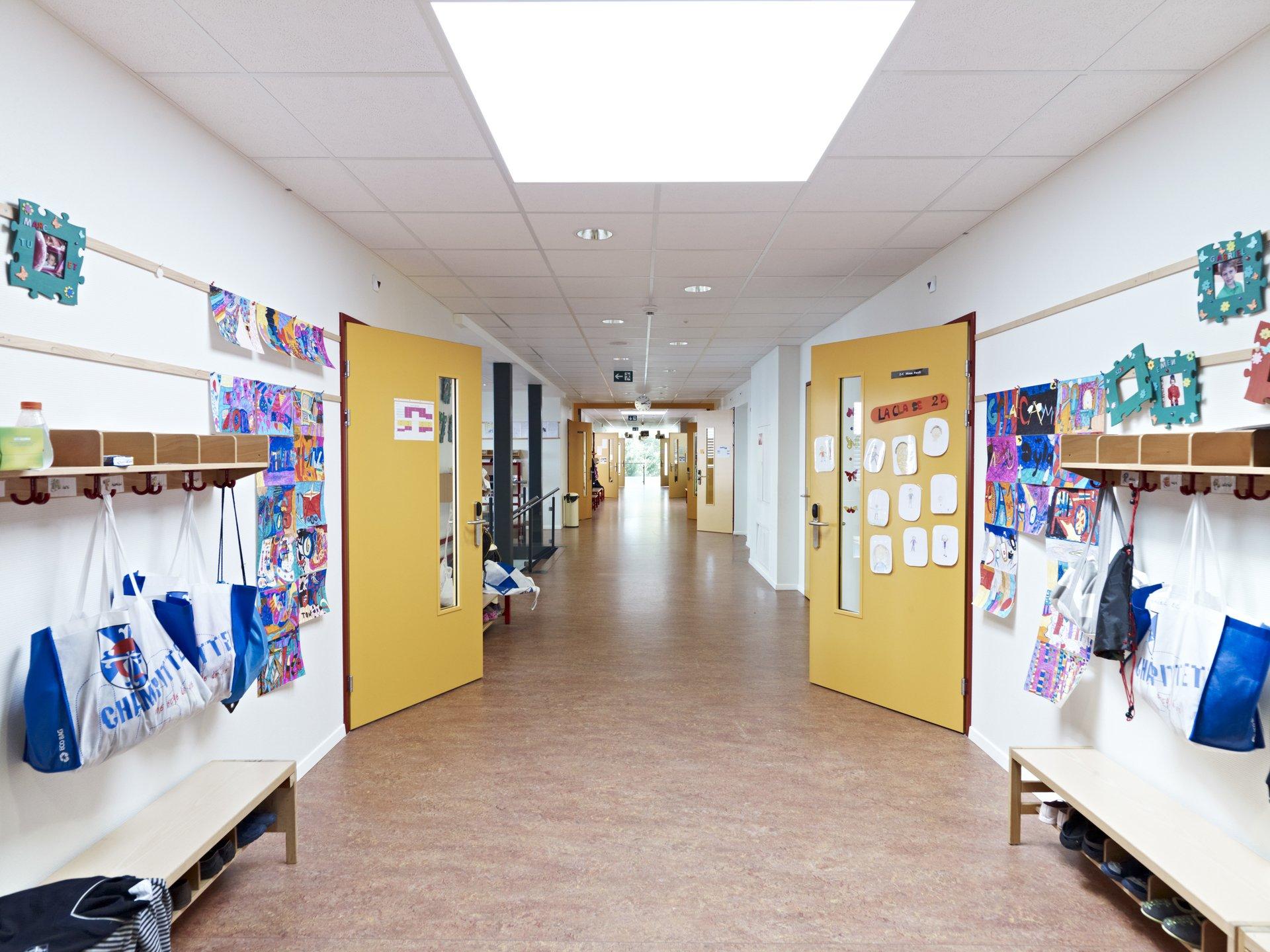 Couloir dans le bâtiment scolaire, style clair et moderne