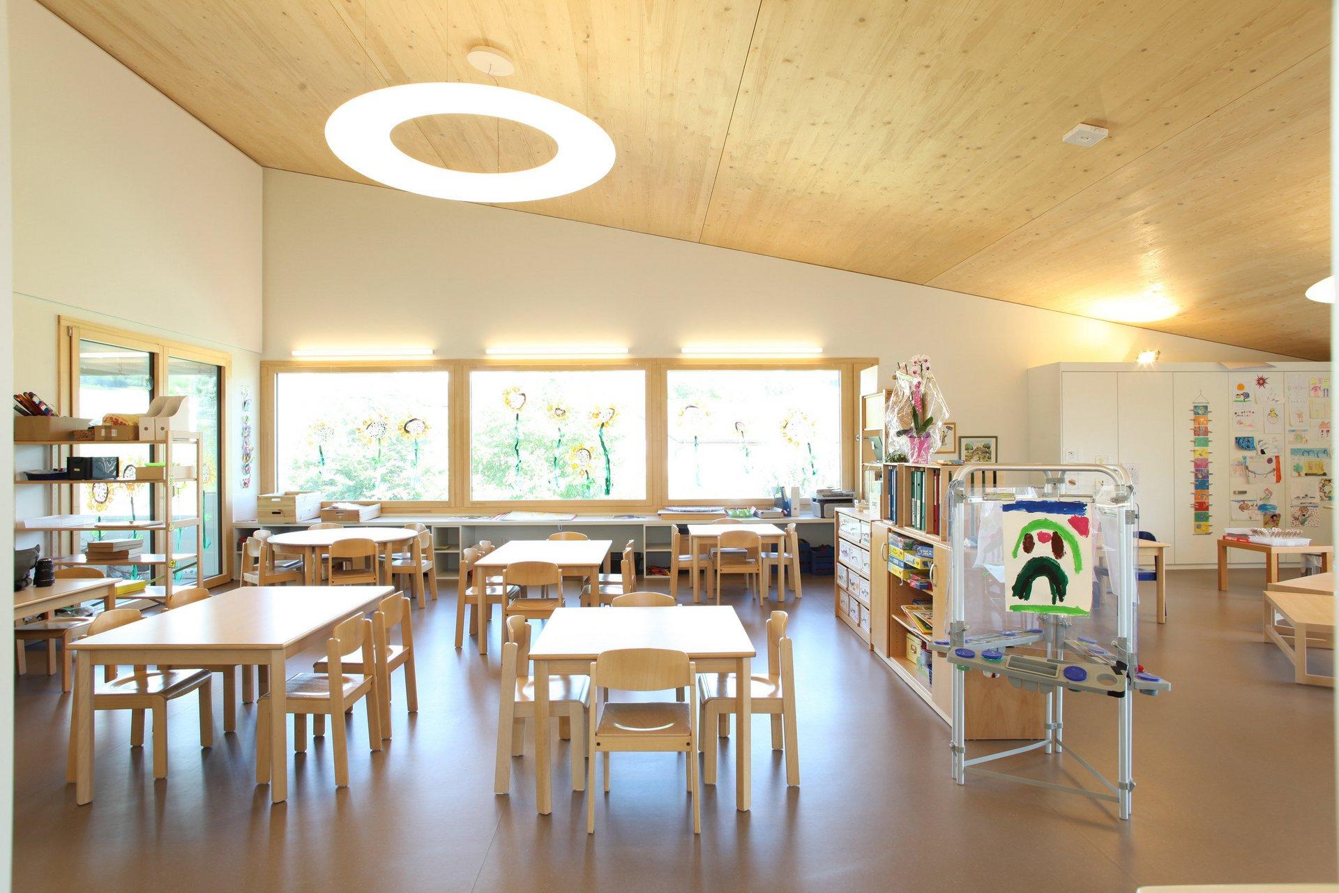 Lichtdurchflutetes Kindergartenzimmer mit 3 grossen Fenster
