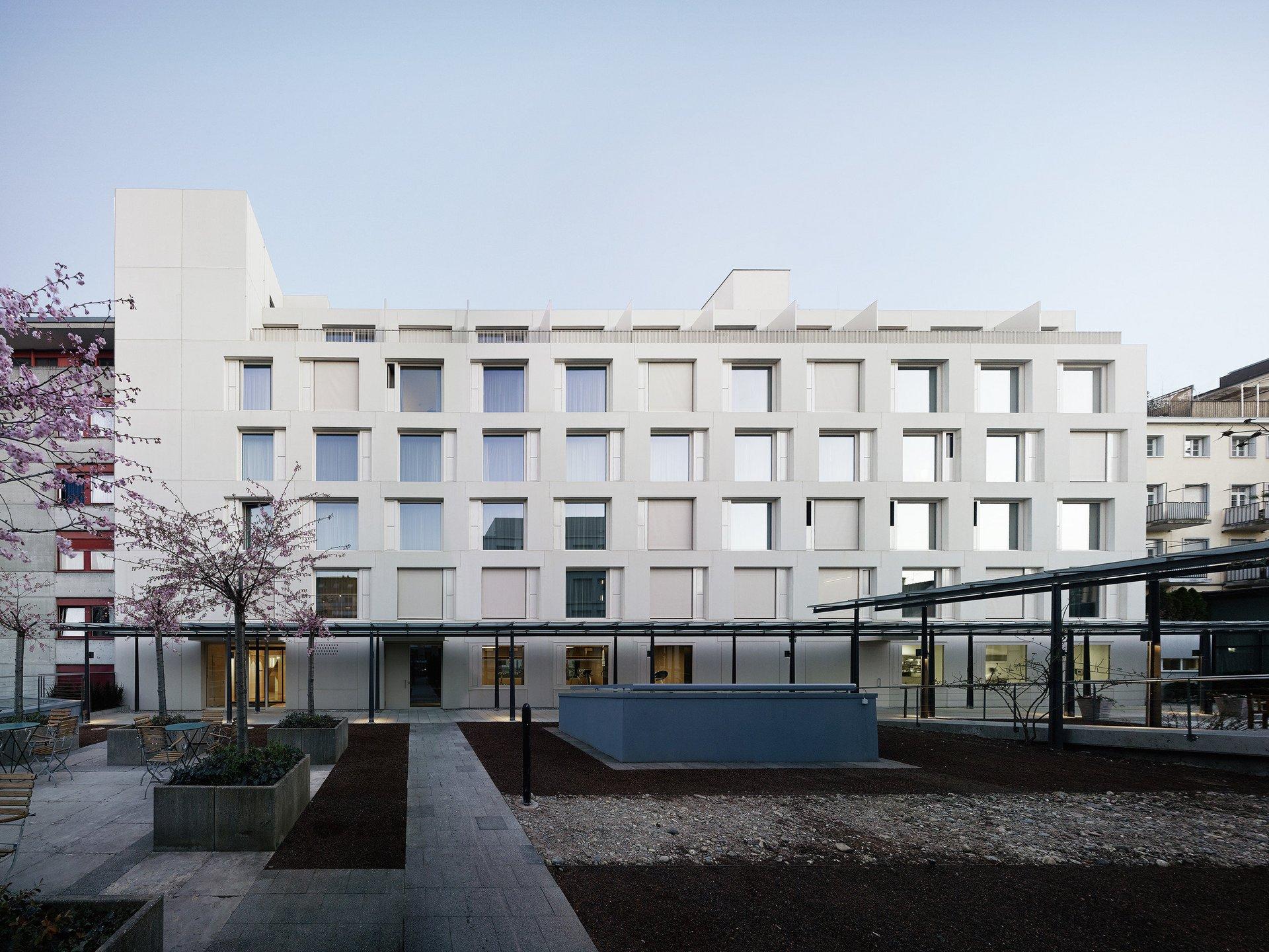 Hotel Frontansicht mit flächenbündigen Holz-Metallfensterelementen